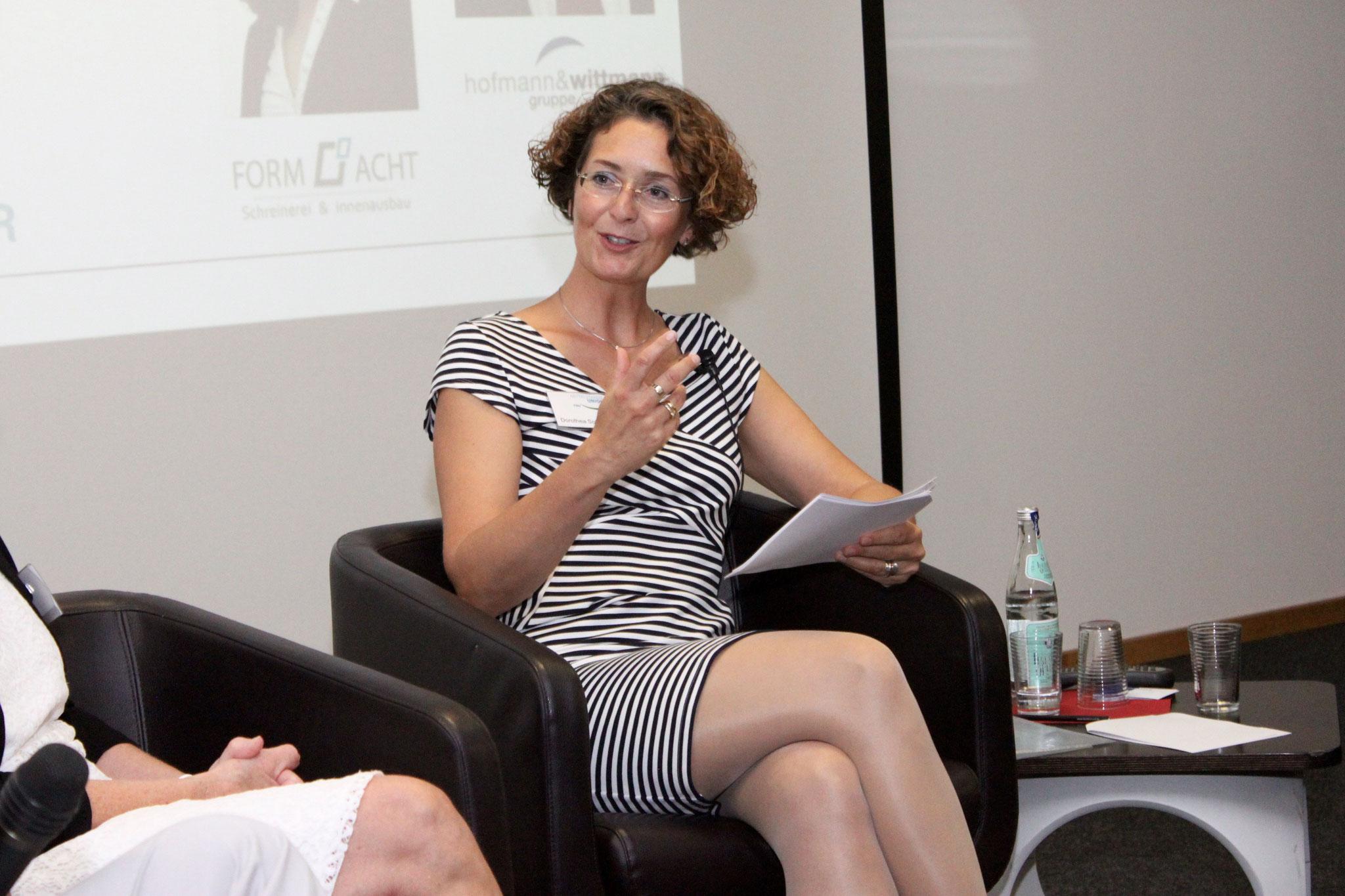 Dorothea Soffner moderiert durch den Abend
