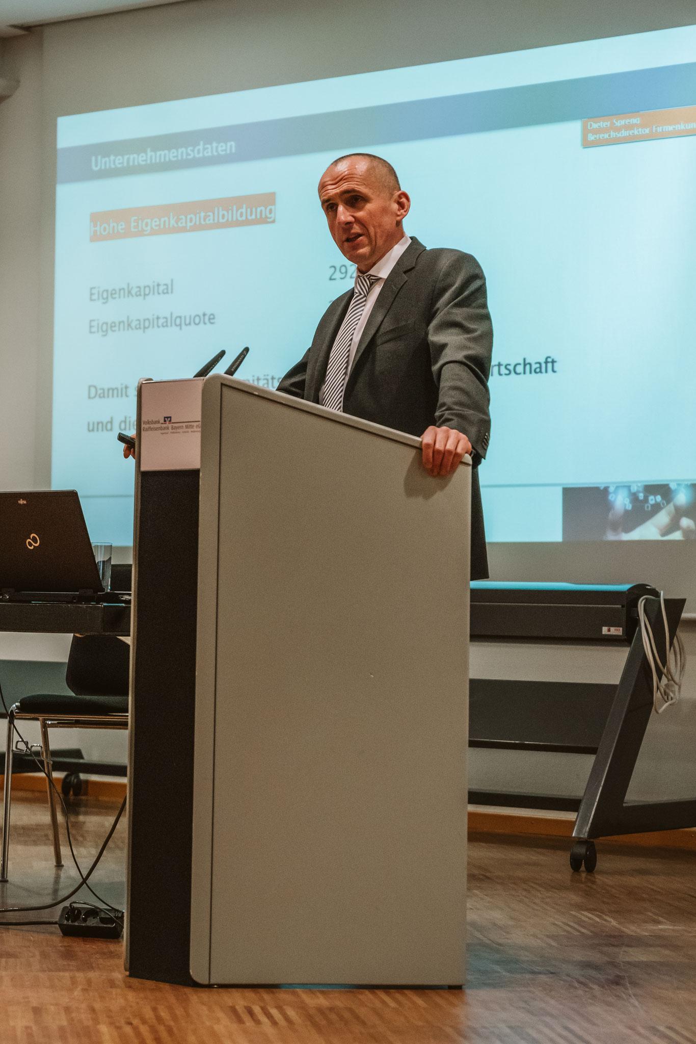 Dieter Spreng, Bereichsdirektor Firmenkunden, präsentiert Zahlen der Raiffeisenbank Bayern Mitte