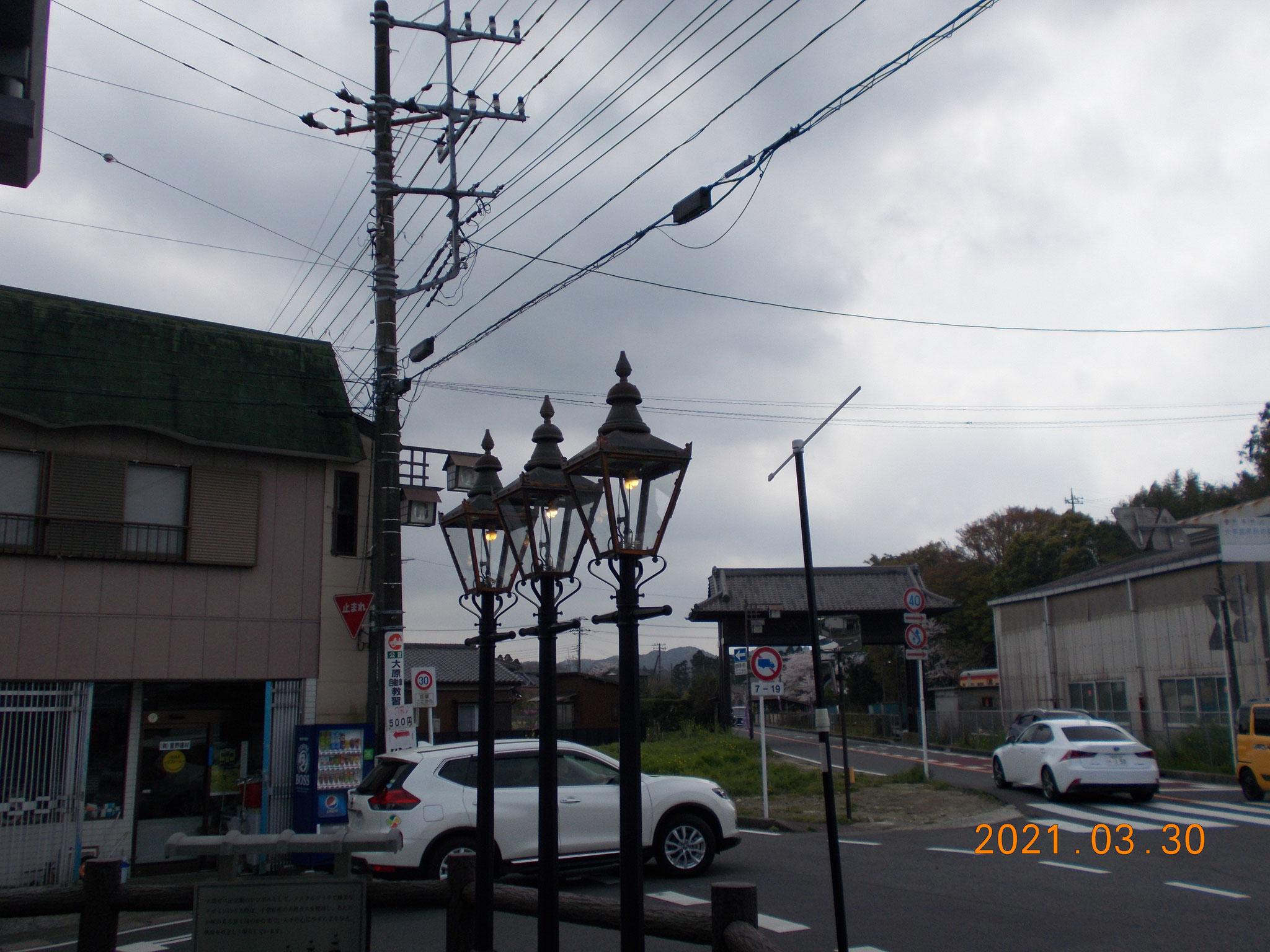 ③駅前のガス燈(駅向い側にガス資料館があります。)