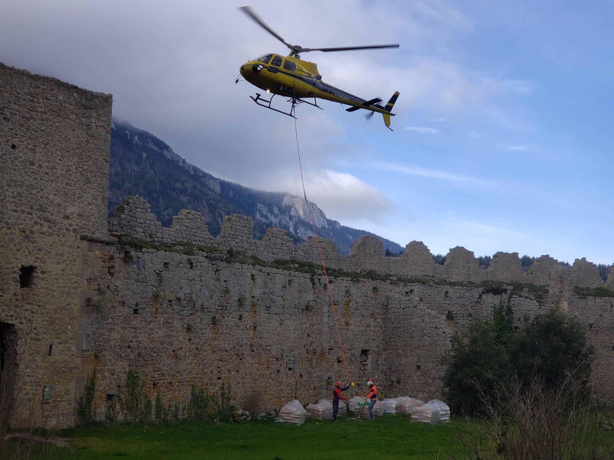 Jeudi 22 avril - dépôt du matériel dans la cour du château