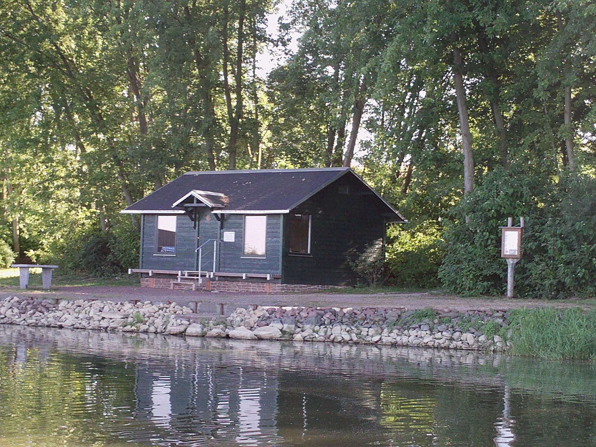 Schutzhütte am Hafen.