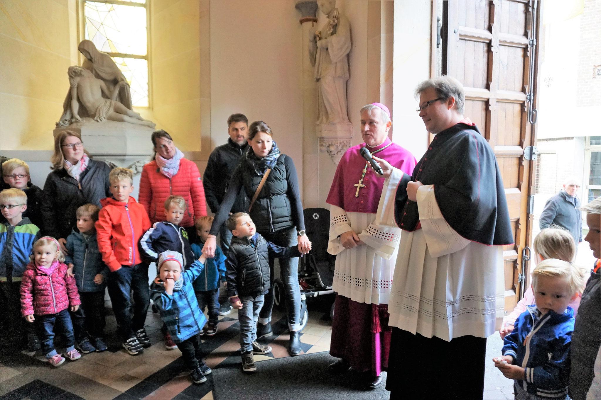 Die Kindergartenkinder begrüßen den Weihbischofs Theising
