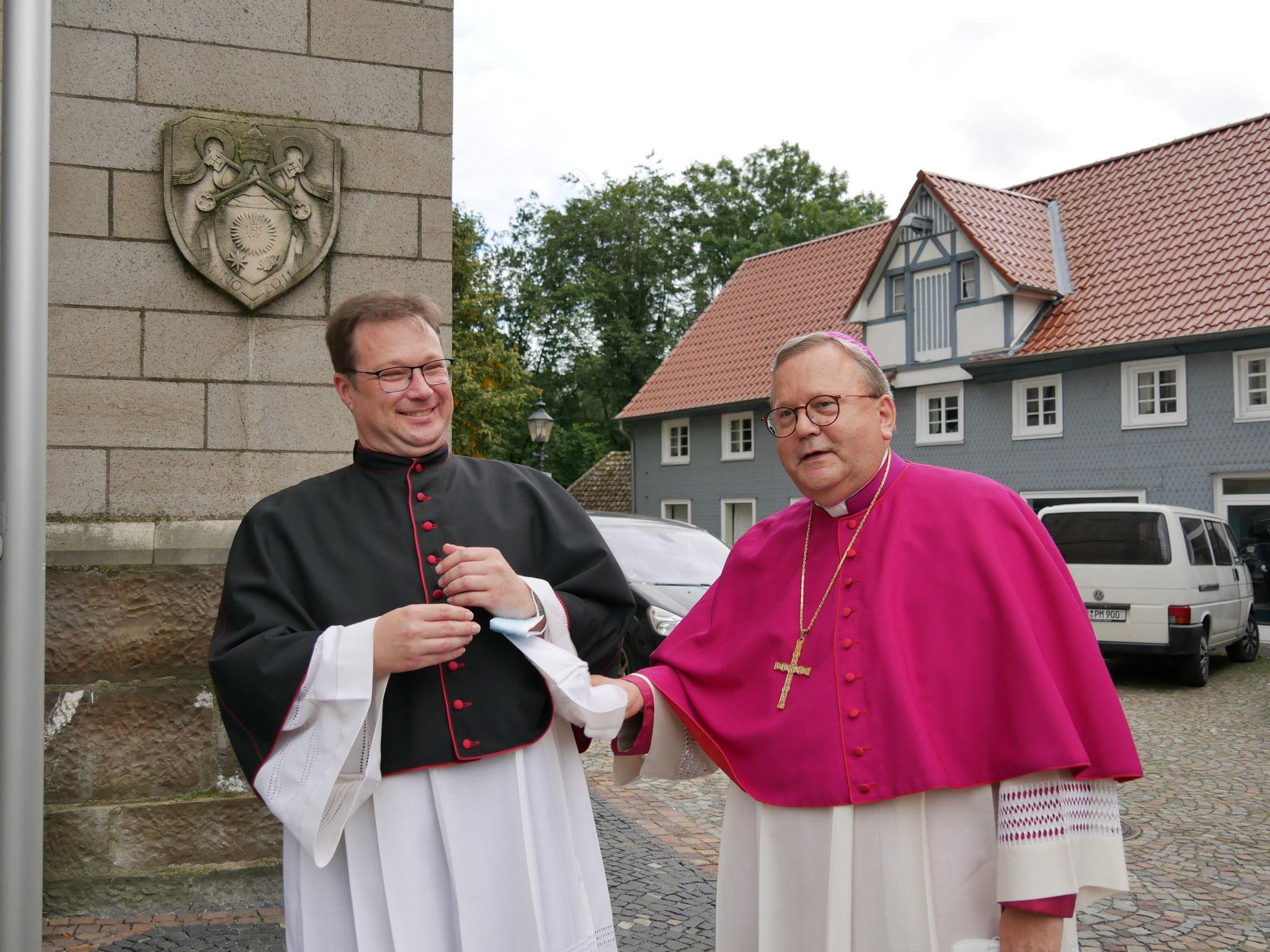 Pastor Jochen Kosmann begrüßt Bischof Dr. Franz-Josef Bode, Osnabrück