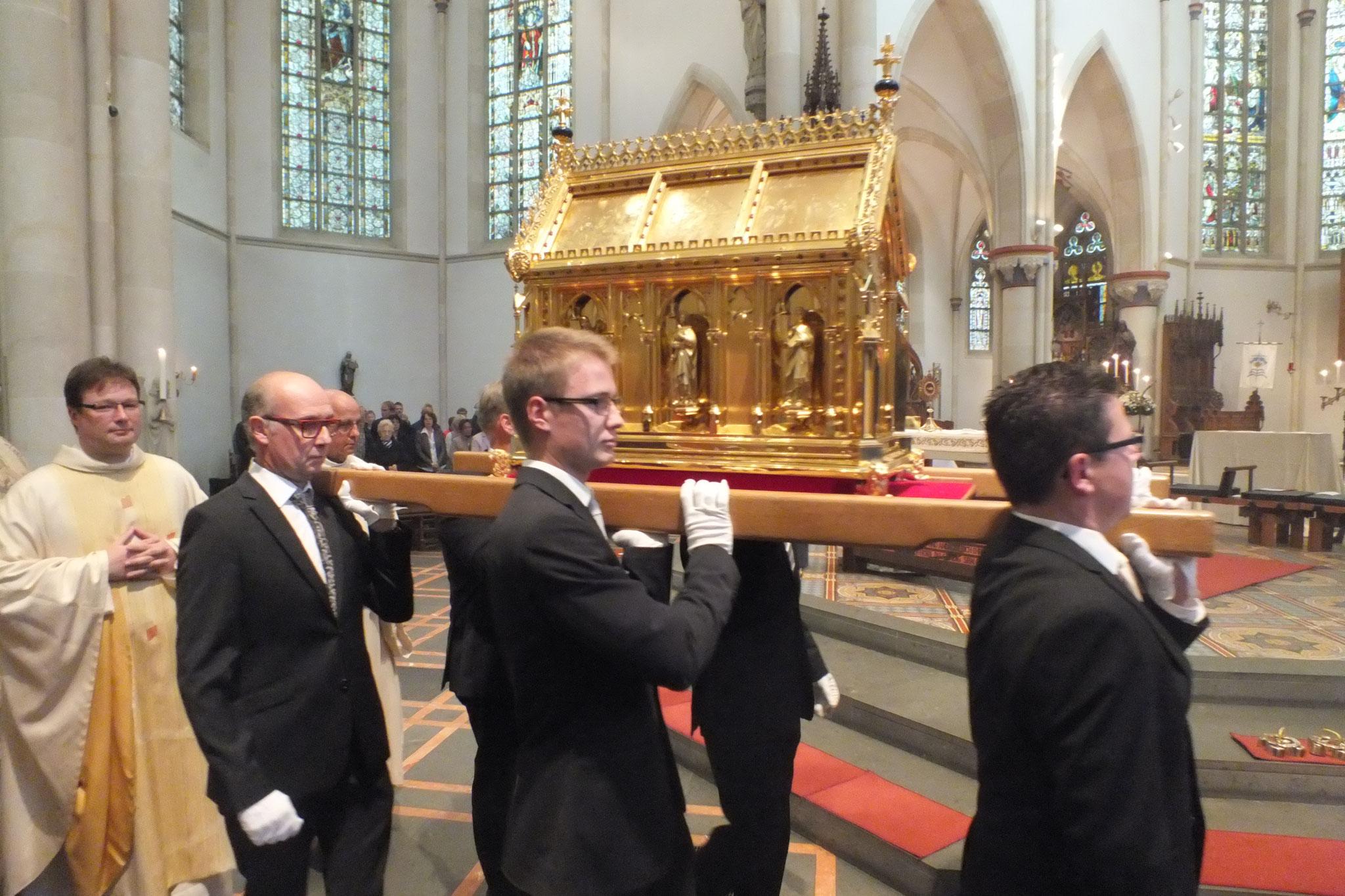 Überführung des Ida-Schreines von der Krypta in die Oberkirche