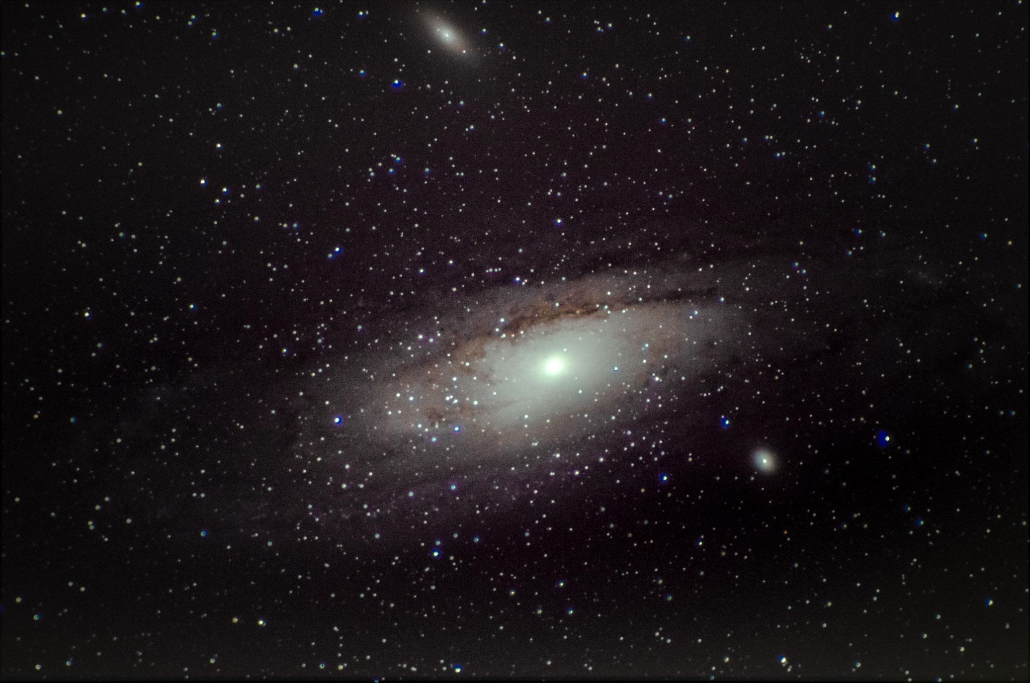 M31 - galaxie d'andromède (19 poses de 25 s à 3200 iso- 10 darks- pas de flat -  Loïc THULLIEZ- lunette achromatique 150/750 / HEQ5 motorisée non guidée/APN pentax K50  - traitement iris/lightroom)
