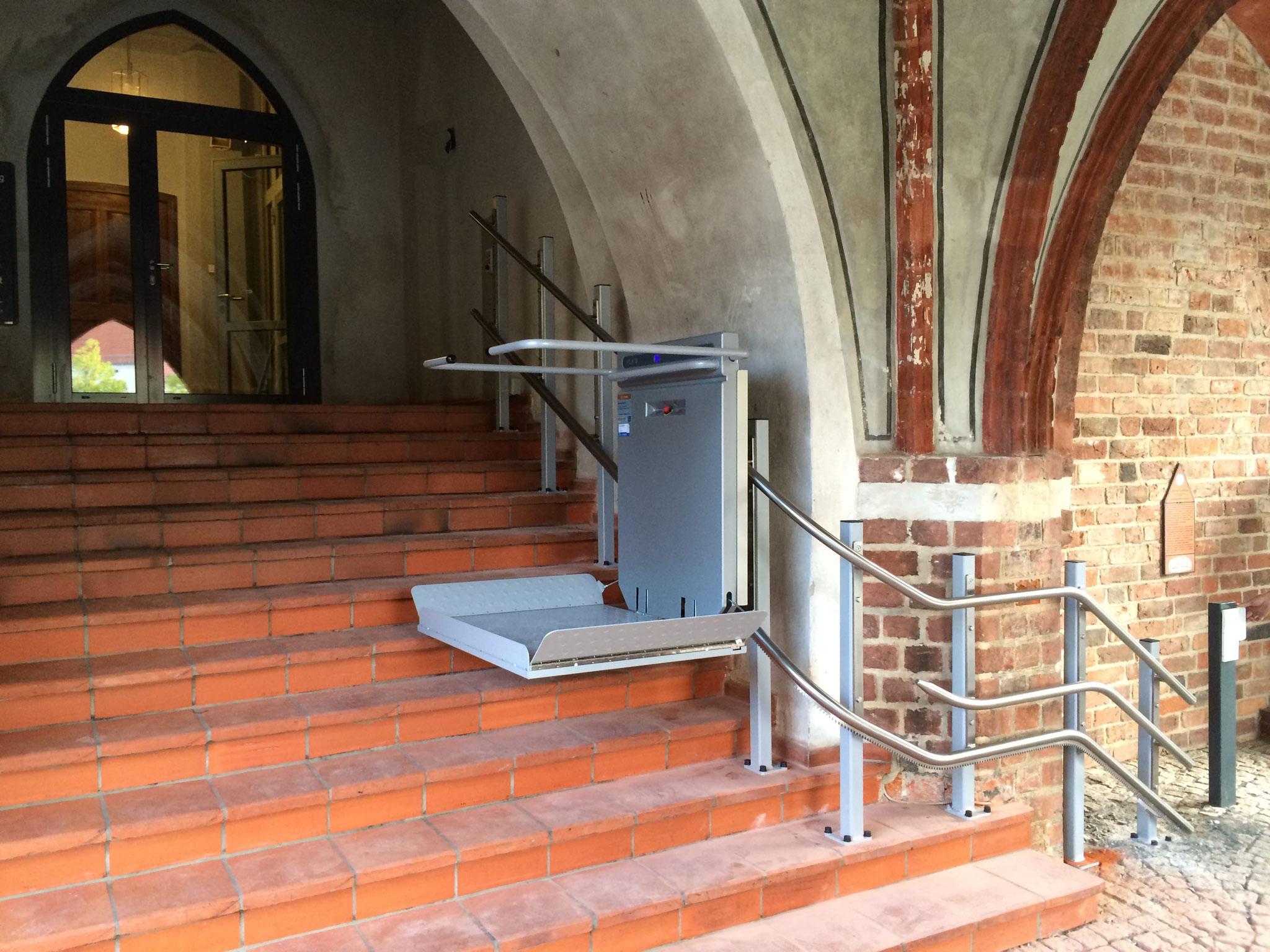 Plattformlift für Rollstuhlfahrer, Ascendor PLK 8 Außenanlage
