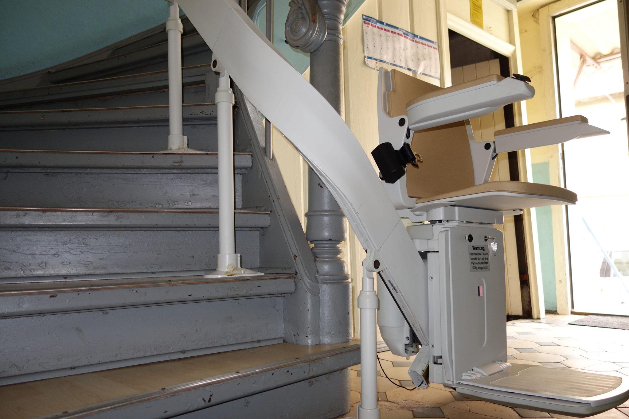 Acorn 180, Sitzlift mit kurvigem Verlauf auf der rechten Seite, innenlaufend