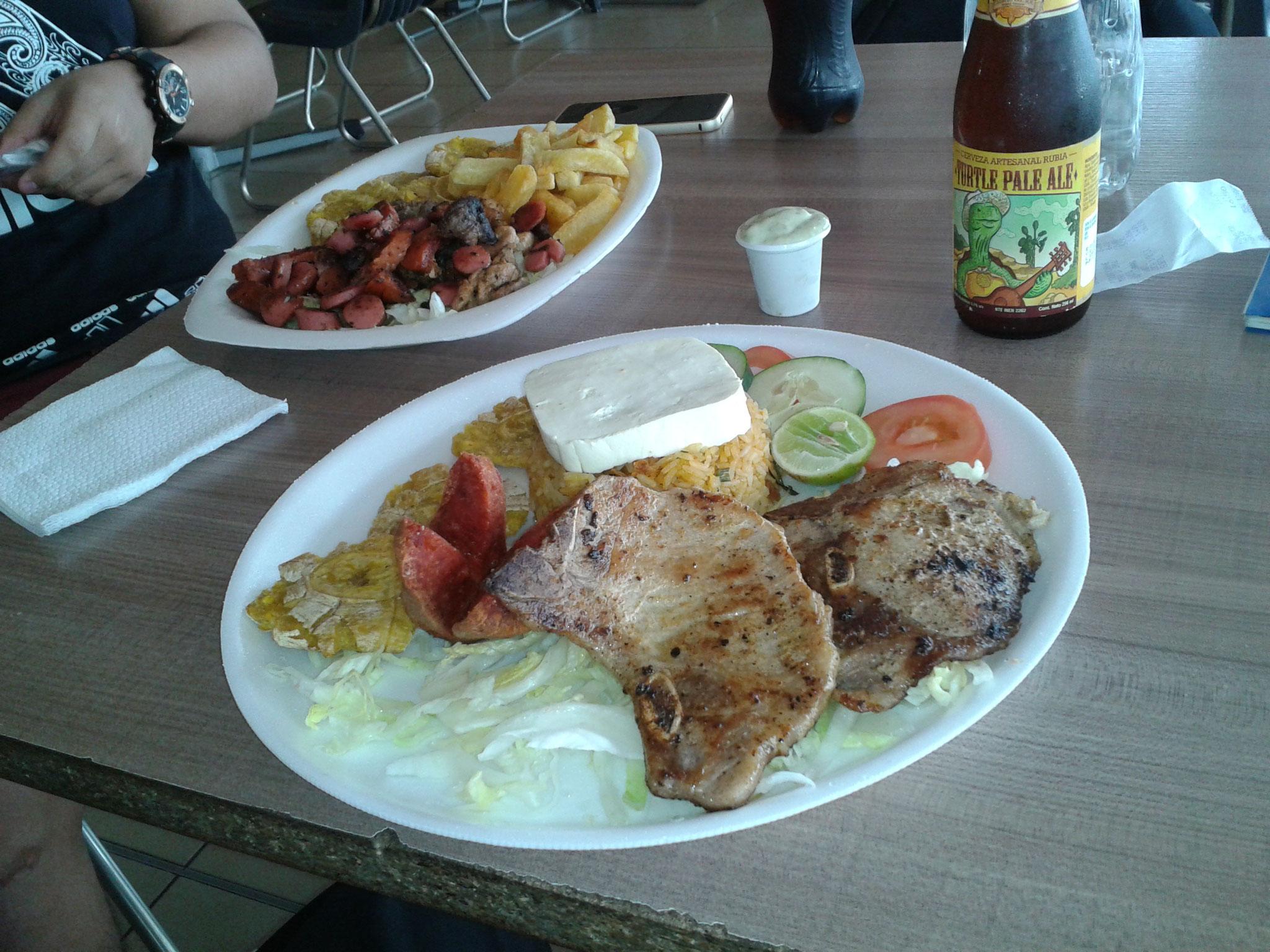 Un repas et une bière artisanale équatorienne au Malecon 2000
