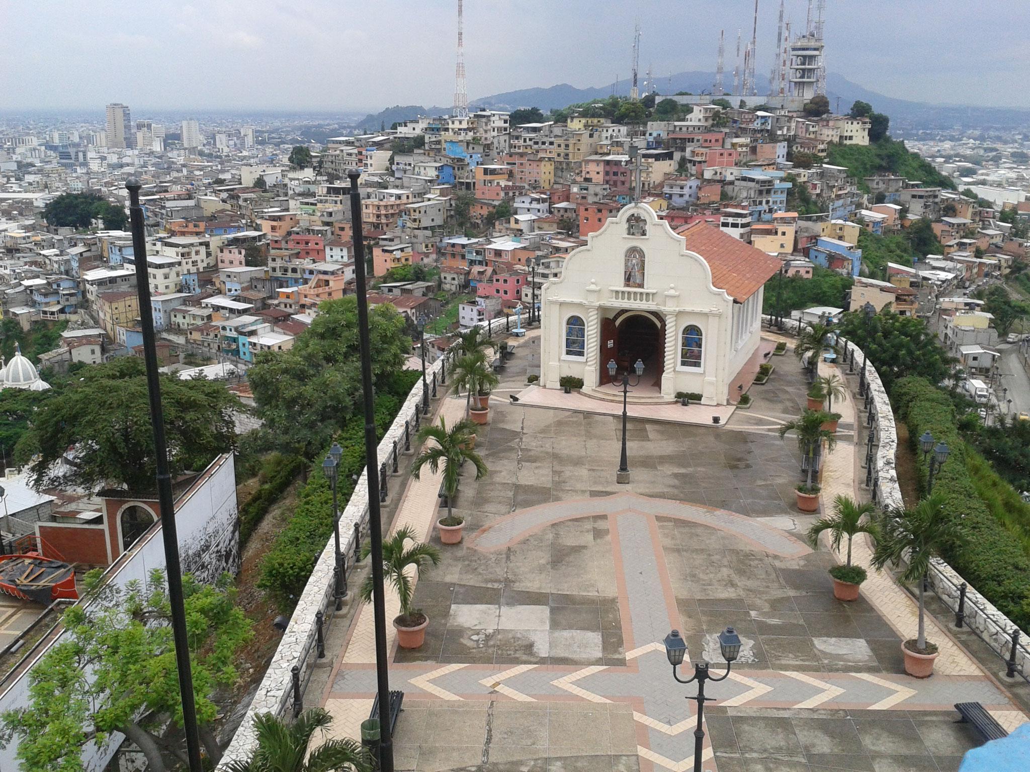 La chapelle vue du haut du phare; le point le plus haut. En arrière plan, cerro El Carmen