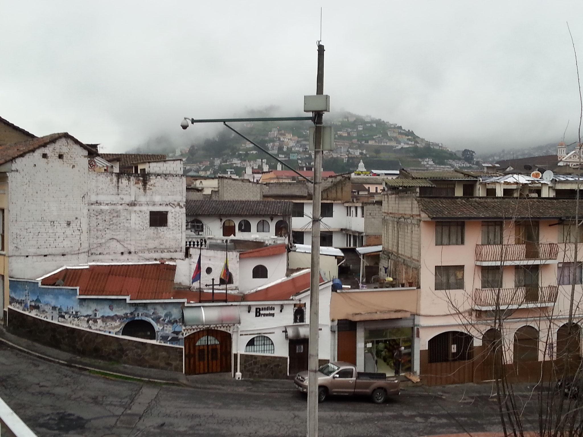Du Community hostel, le pub Bandidos et en arrière plan lomas Panacillo