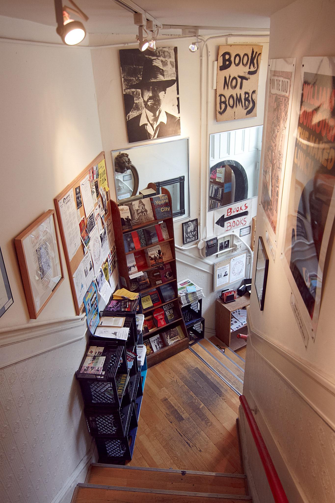 Memorabilia im Treppenhaus. Überall im im City Lights kann man den Geist der Vergangenheit atmen.