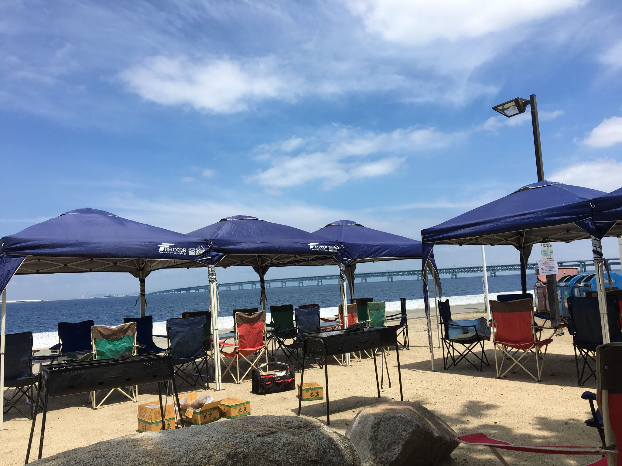 海辺での団体バーベキュー