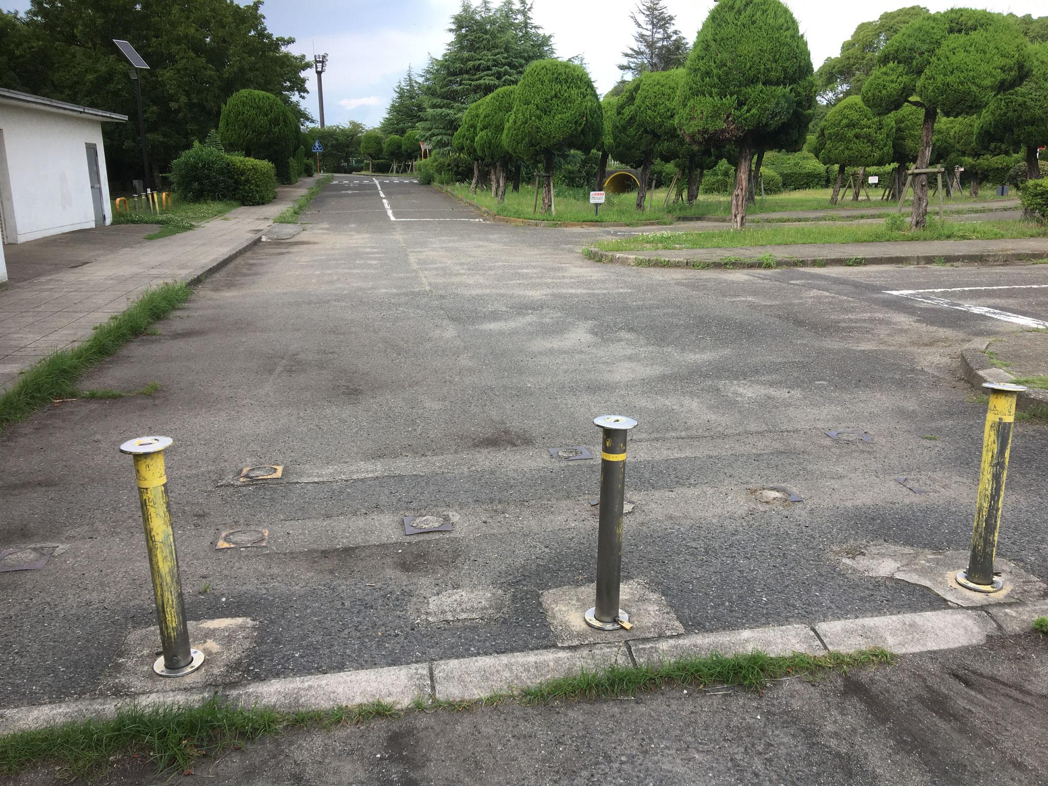 駐車場左奥の車止め