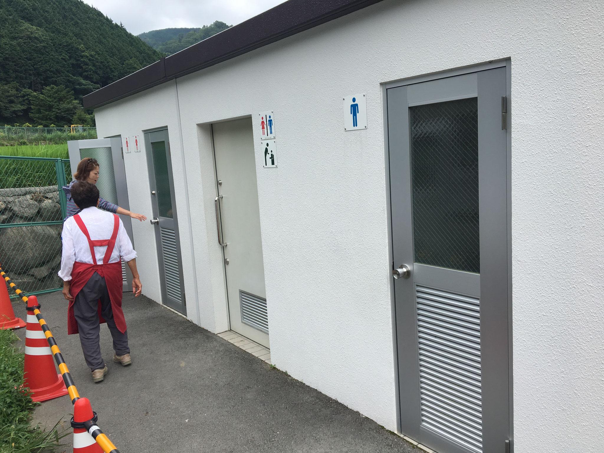 水洗式トイレ(朝市会場隣)