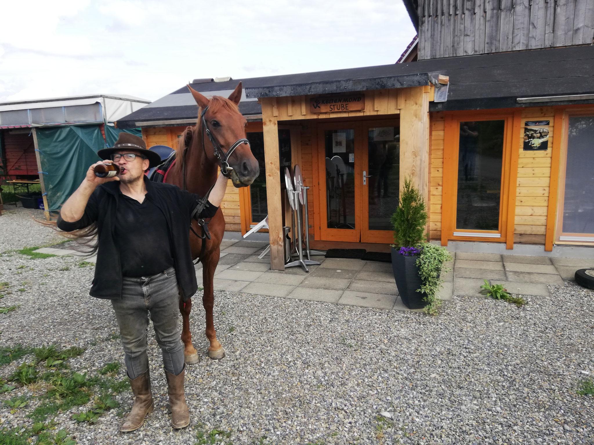 Kaltes Bier für den Reiter und eine Möhre für das Pferd