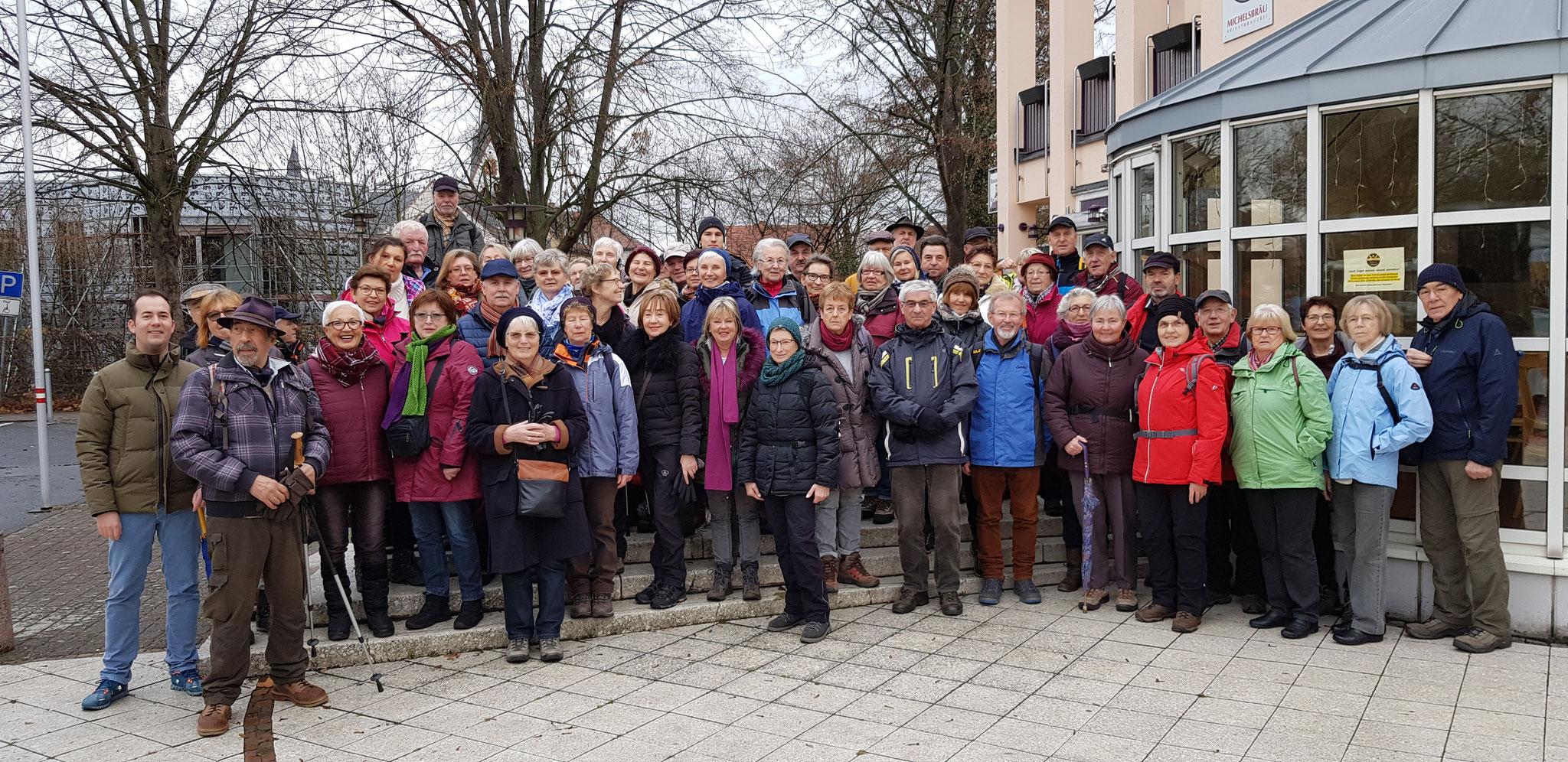 Gruppenbild vor der Stadthalle