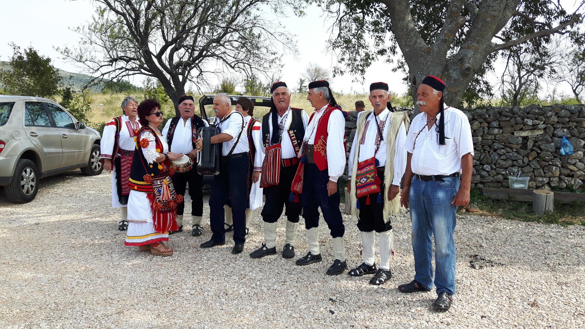 Musikalischer Empfang im Dorf Zezelj