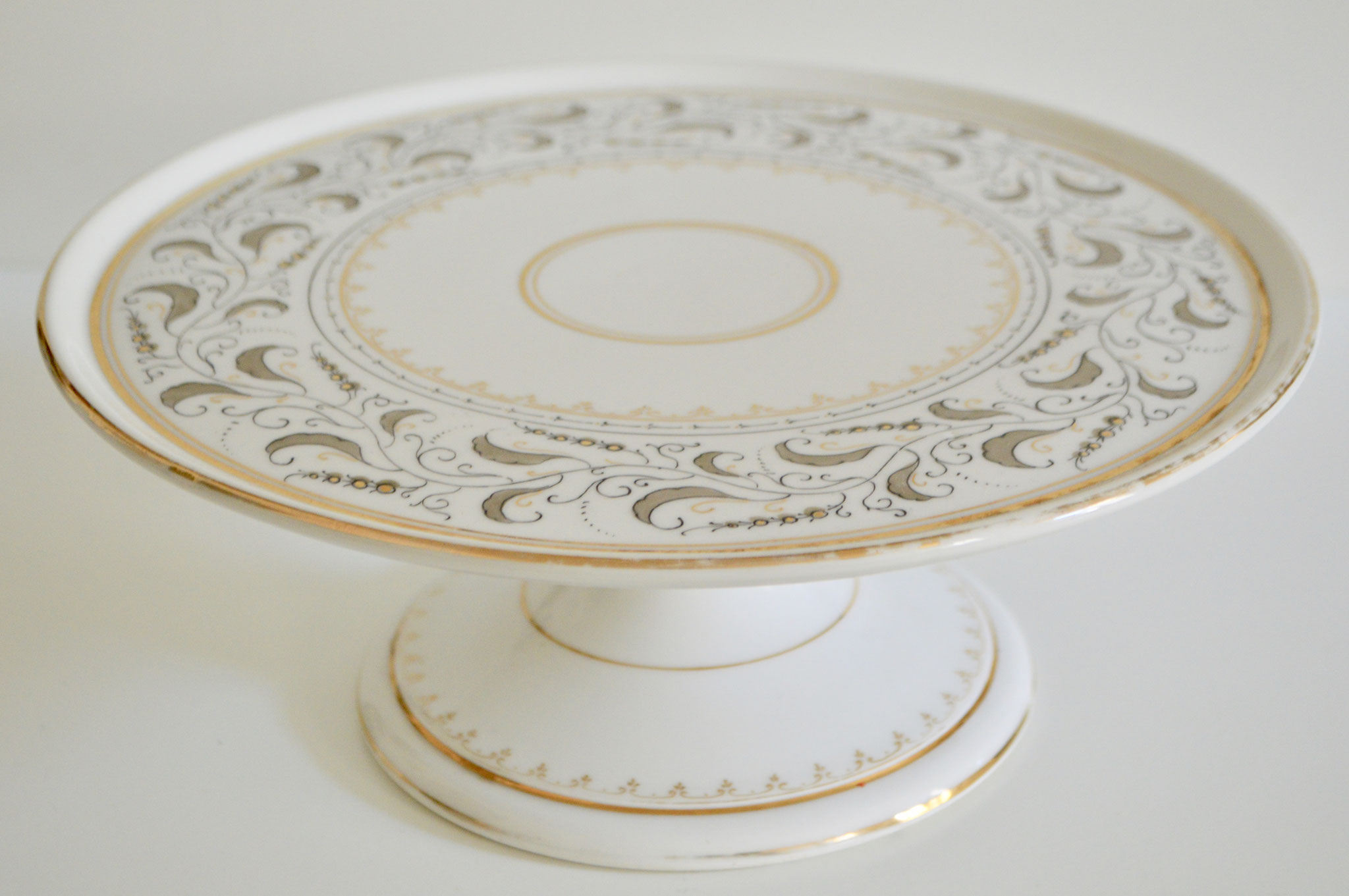 C) Porzellan: Durchmesser mit Rand ca. 30 cm und ohne Rand ca. 27,5 cm.