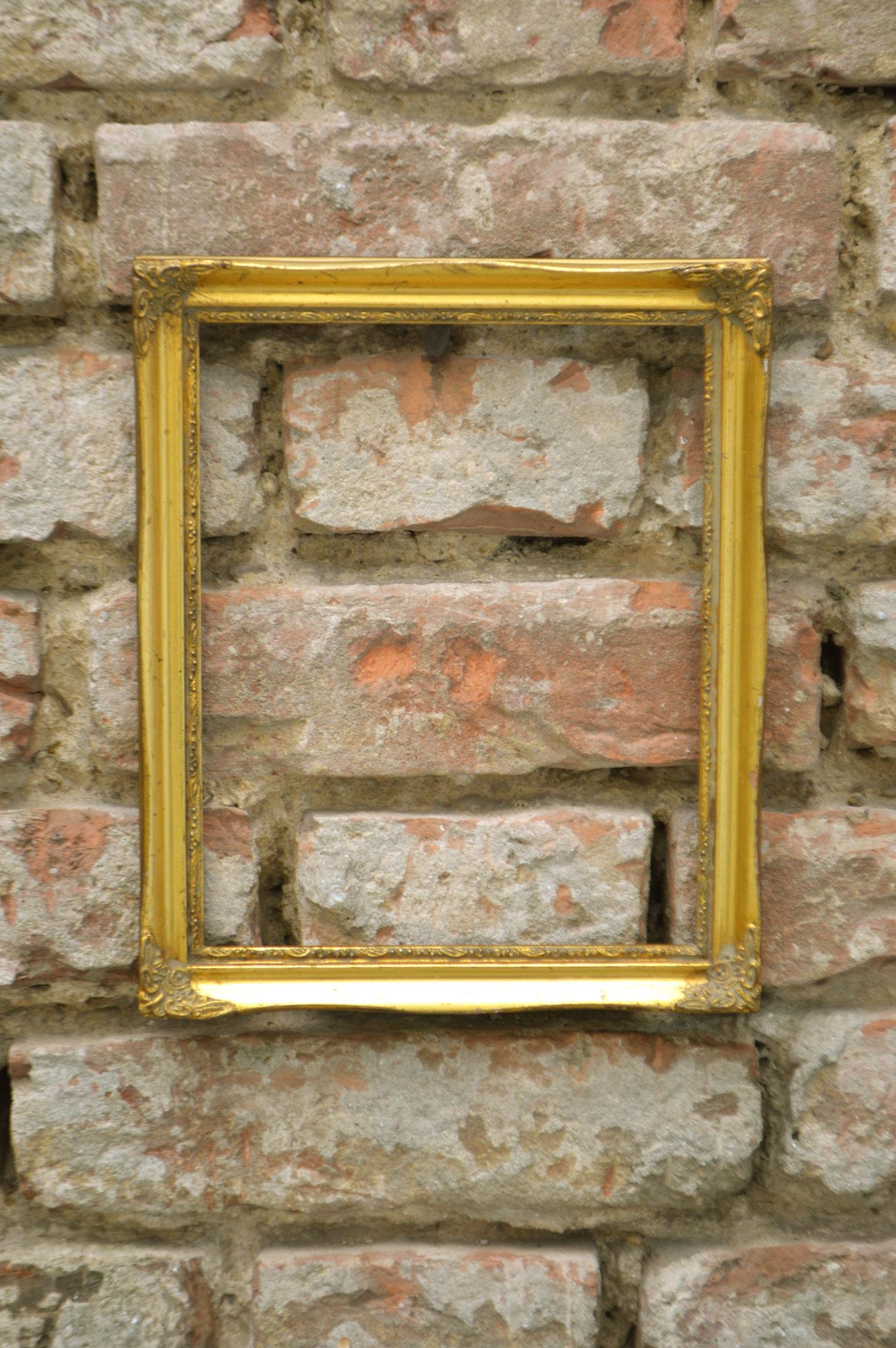 F) Farbe Gold; Maße 24 x 29 cm; Mietpreis €2