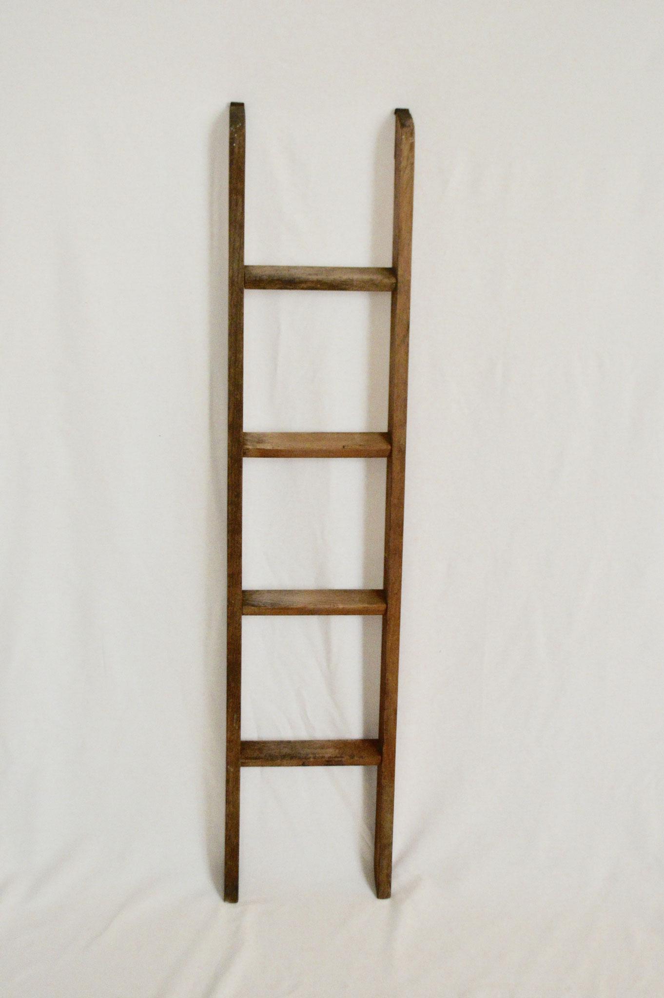 E) € 10; Aufhängbare Leiter mit 2 Haken und 4 Sprossen.