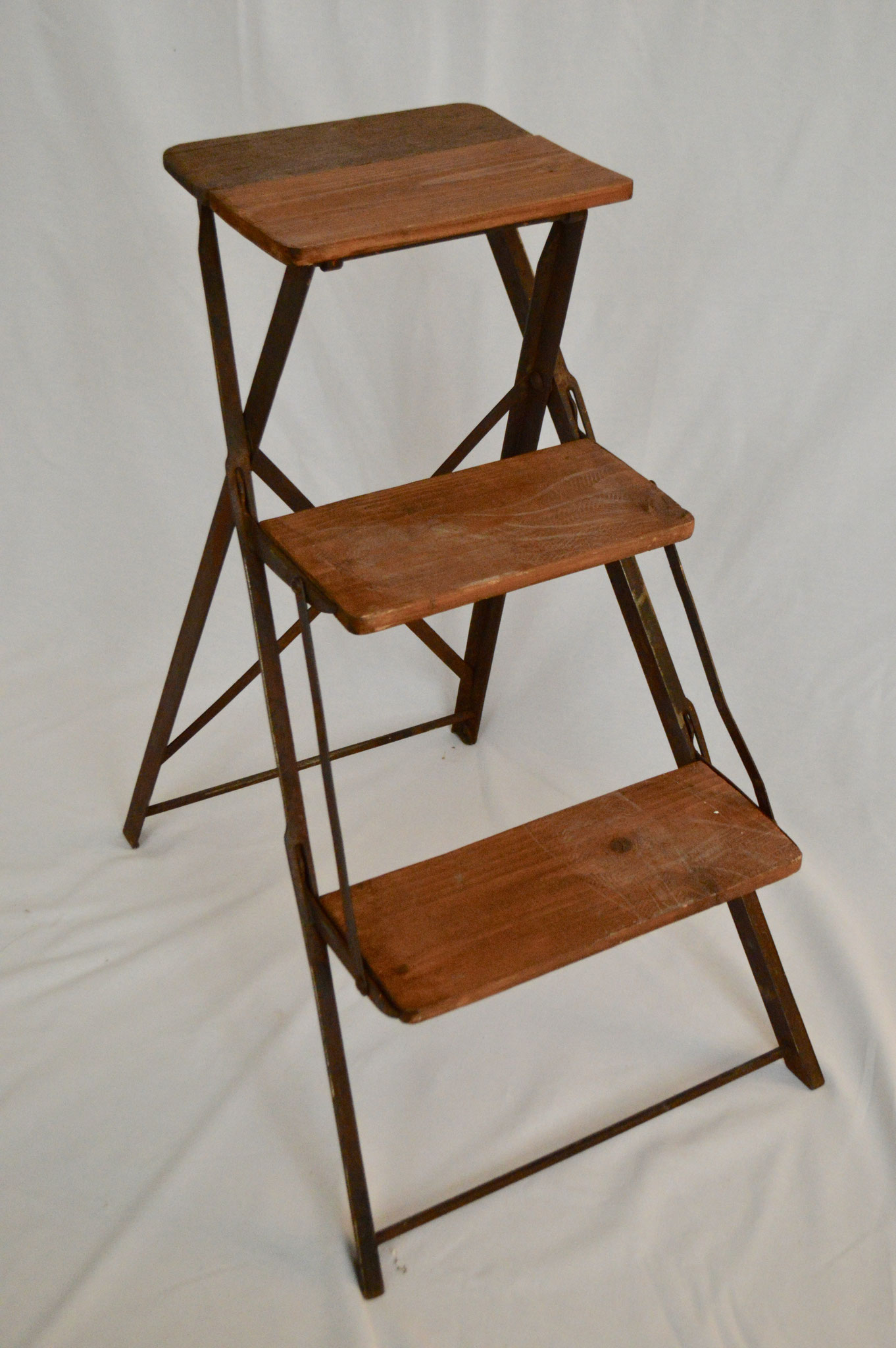 D) € 20; Kleine Leiter mit 3 Holzsprossen und einem Metallrahmen. Höhe ca. 73 cm.