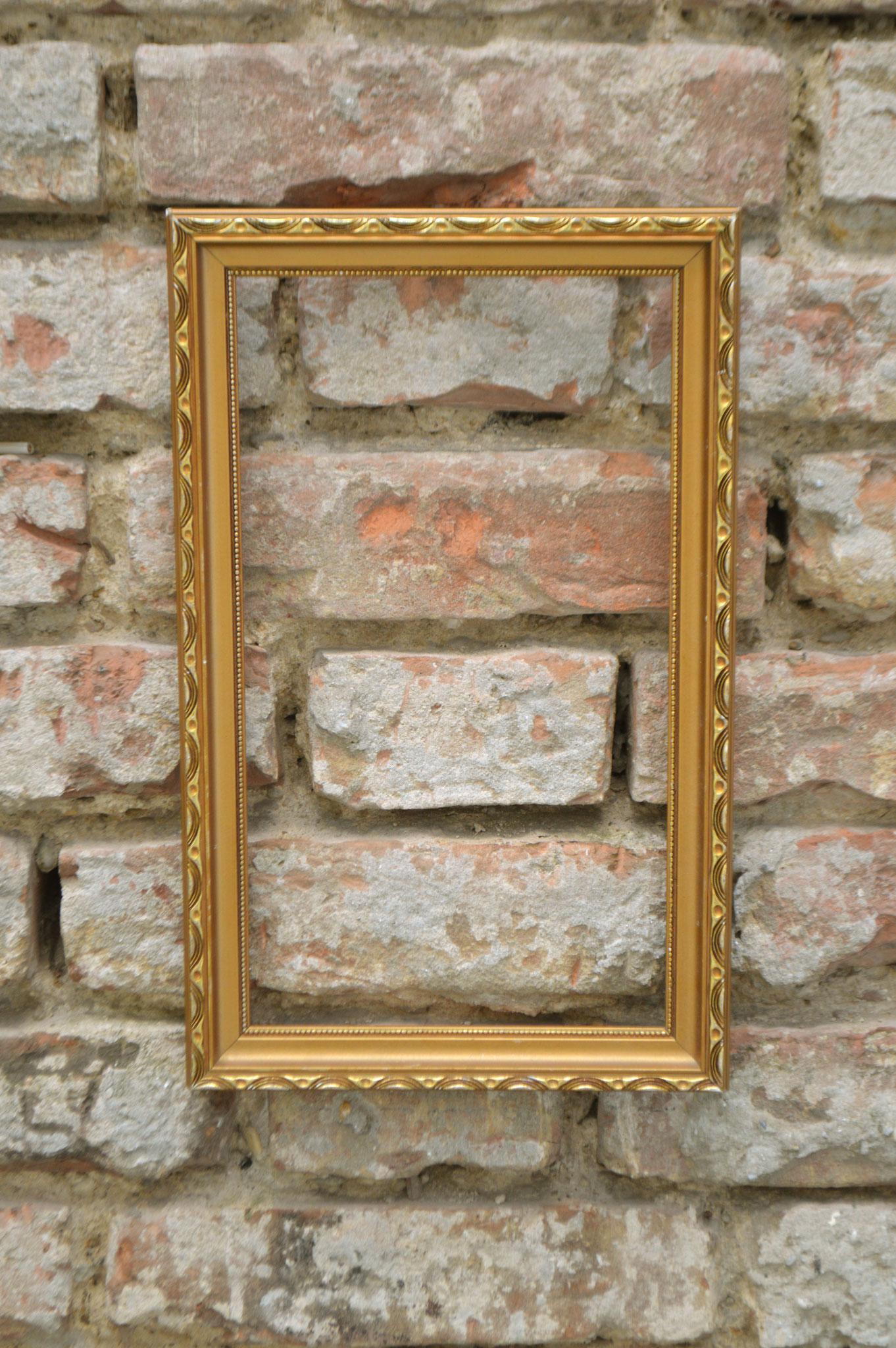 E) Farbe Gold; Maße 24 x 39 cm; Mietpreis €2