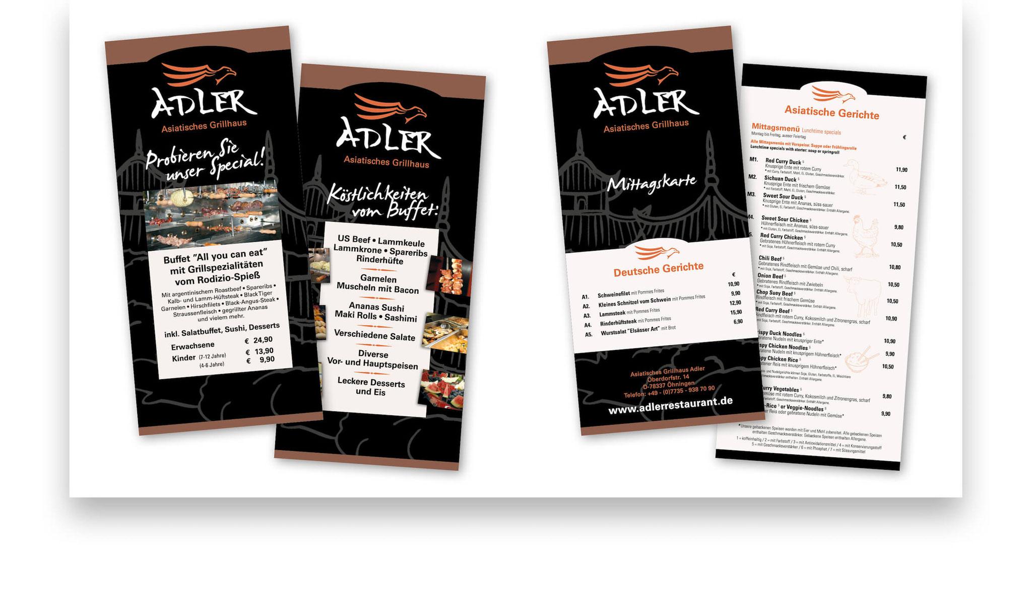 Zweiseitige Speisekarten für Menükartenhalter am Tisch.