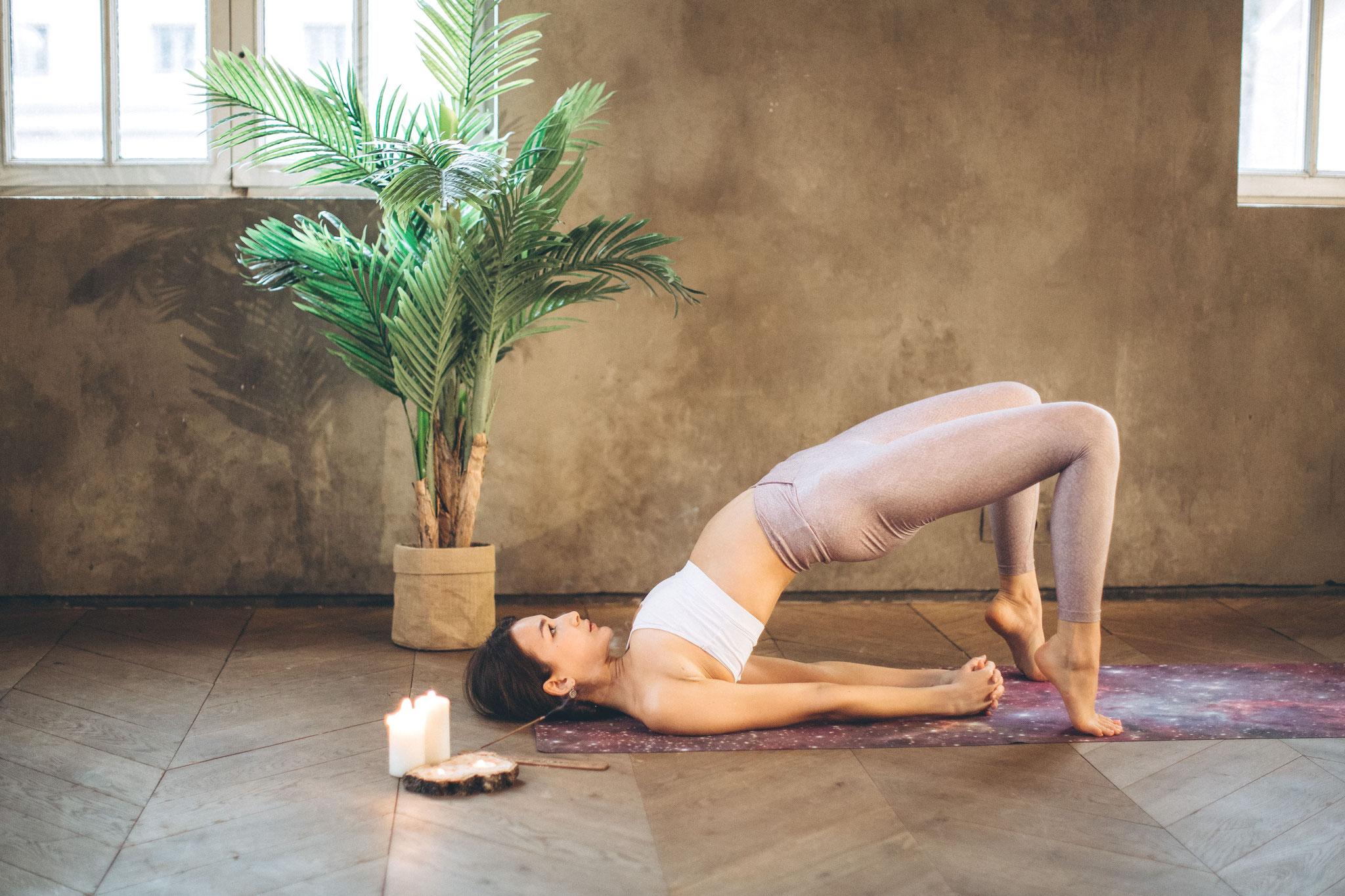 Mit gymnastischen Übungen wie zum Beispiel aus dem Yoga kommt Bewegung ins Spiel. Sie stärken die Fitness und kräftigen die Muskulatur. Außerdem verbessern sie dein Körpergefühl und pushen somit dein Selbstbewusstsein.