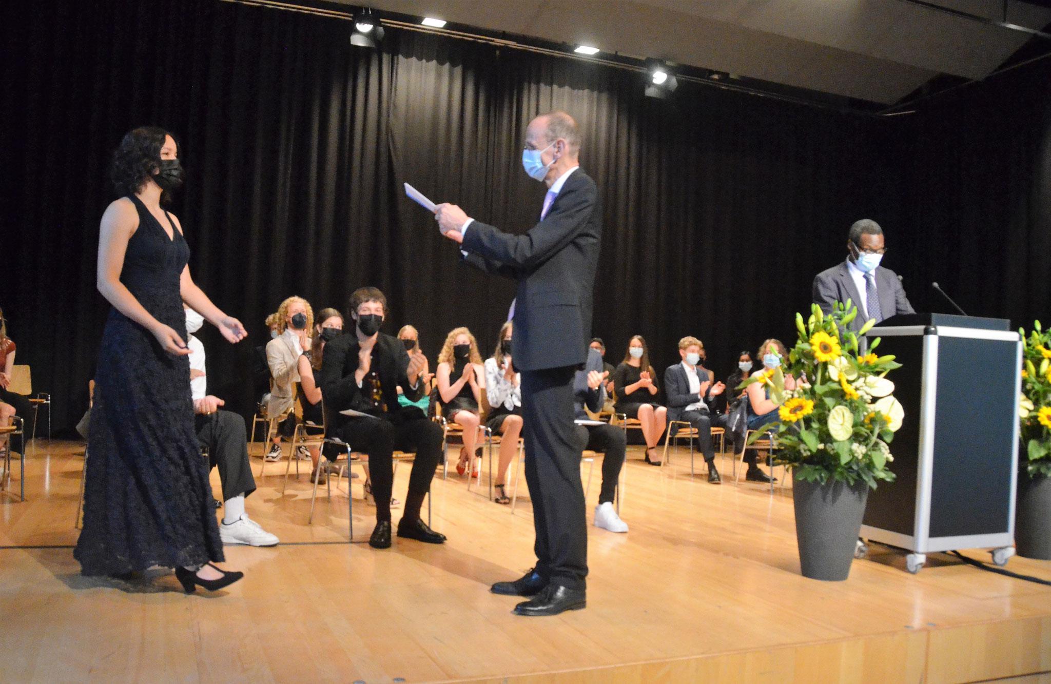 Maturafeier an der Kantonsschule Alpenquai am 22. Juni 2021: Zeugnisübergabe durch Rektor Hans Hirschi. Foto Benno Bühlmann