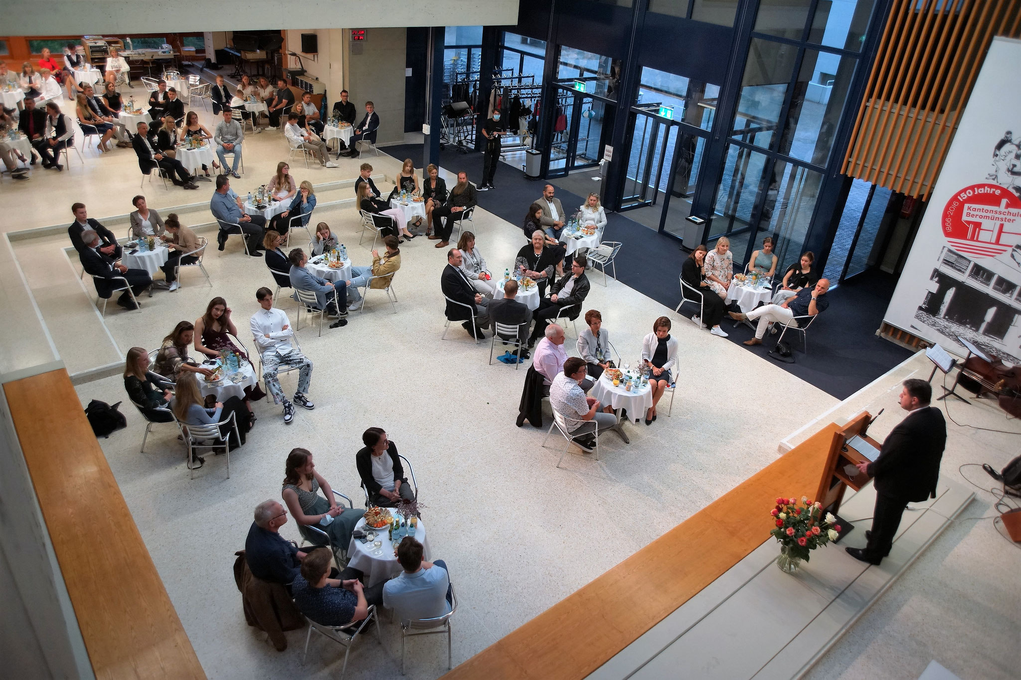 Beschränkte Anzahl Personen, sitzend und mit Abstand: Coronakonforme Maturafeier der Klasse 6b an der Kantonsschule Beromünster. Bild: zVg.