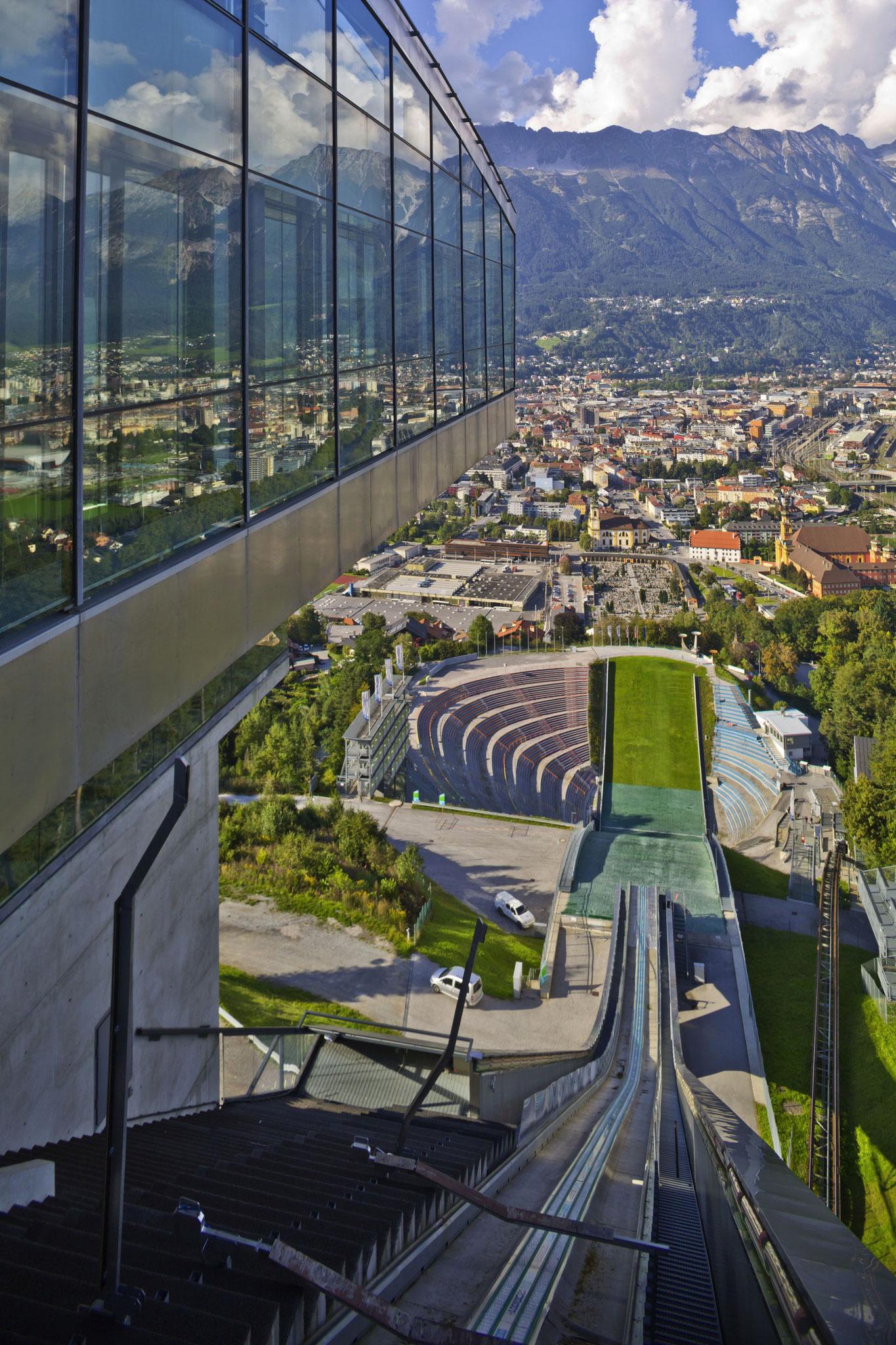 Den Blick von der Bergisel-Skischanze kennt wohl jeder aus dem Fernsehen.  (Foto: Innsbruck Tourismus/Christof Lackner)