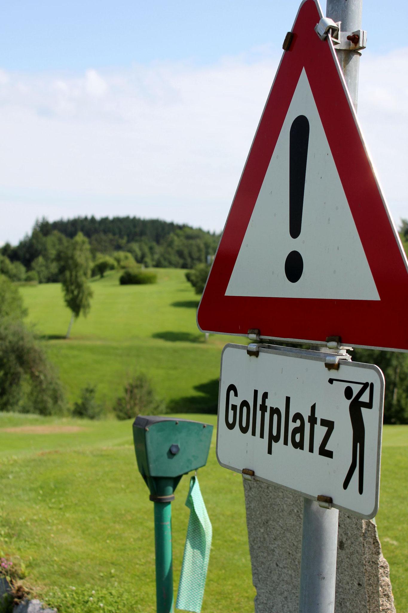 Nicht abbiegen, macht süchtig! Gesehen im GC Über den Dächern von Passau (Foto: Stephan Schöttl/alpengolfer.de)