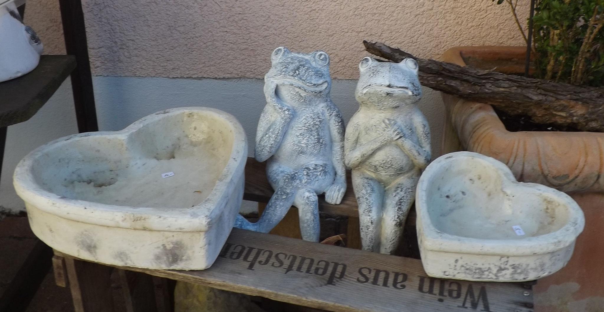 Keramik-Frösche und Herzen