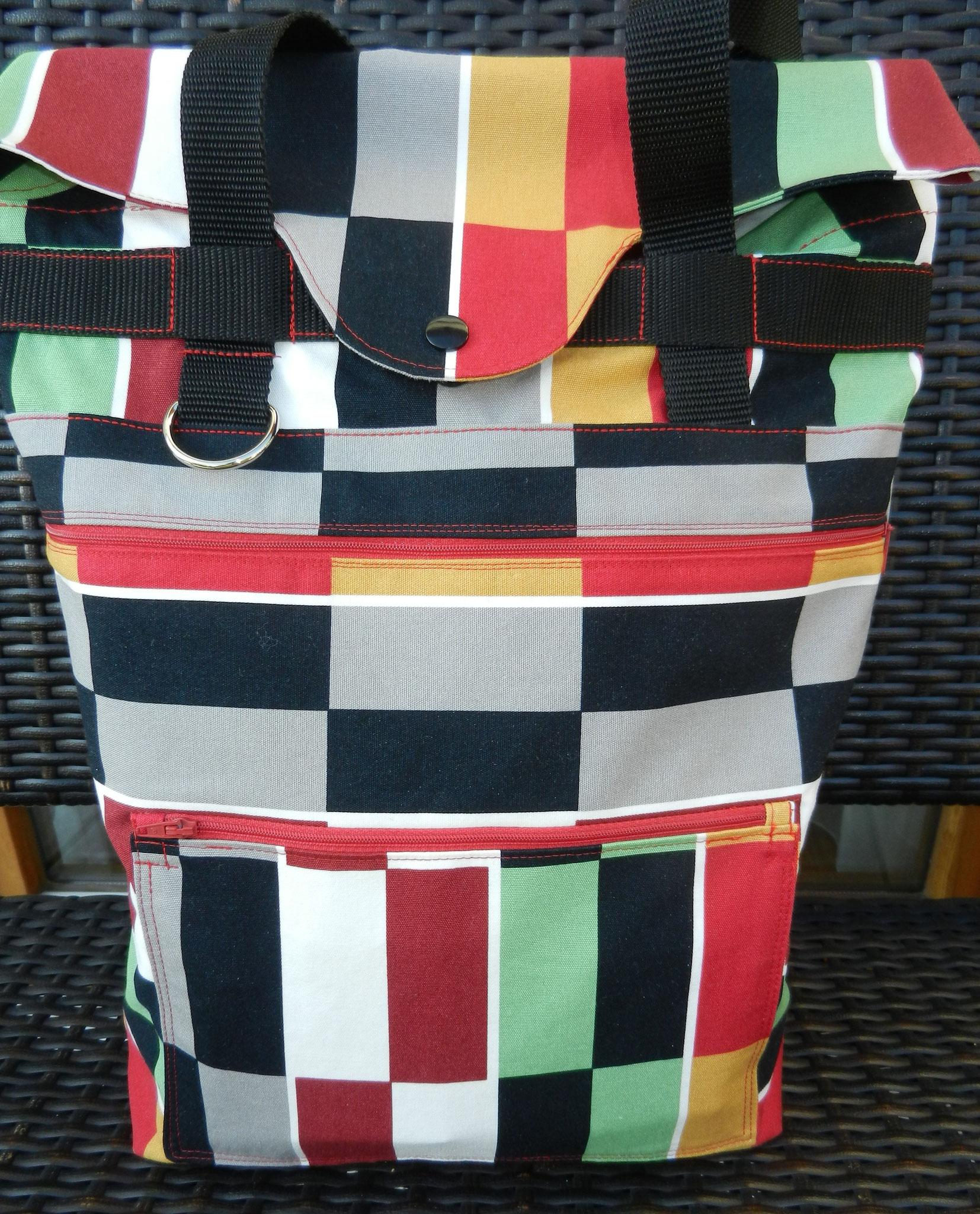 Vorderseite, mit großem Aussenfach und kleinerer aufgesetzter Tasche