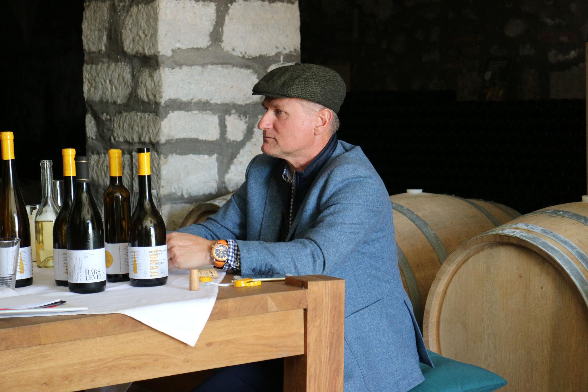 Dr. István Matyaskovski in seinem historischen Weinkeller in Tokaj