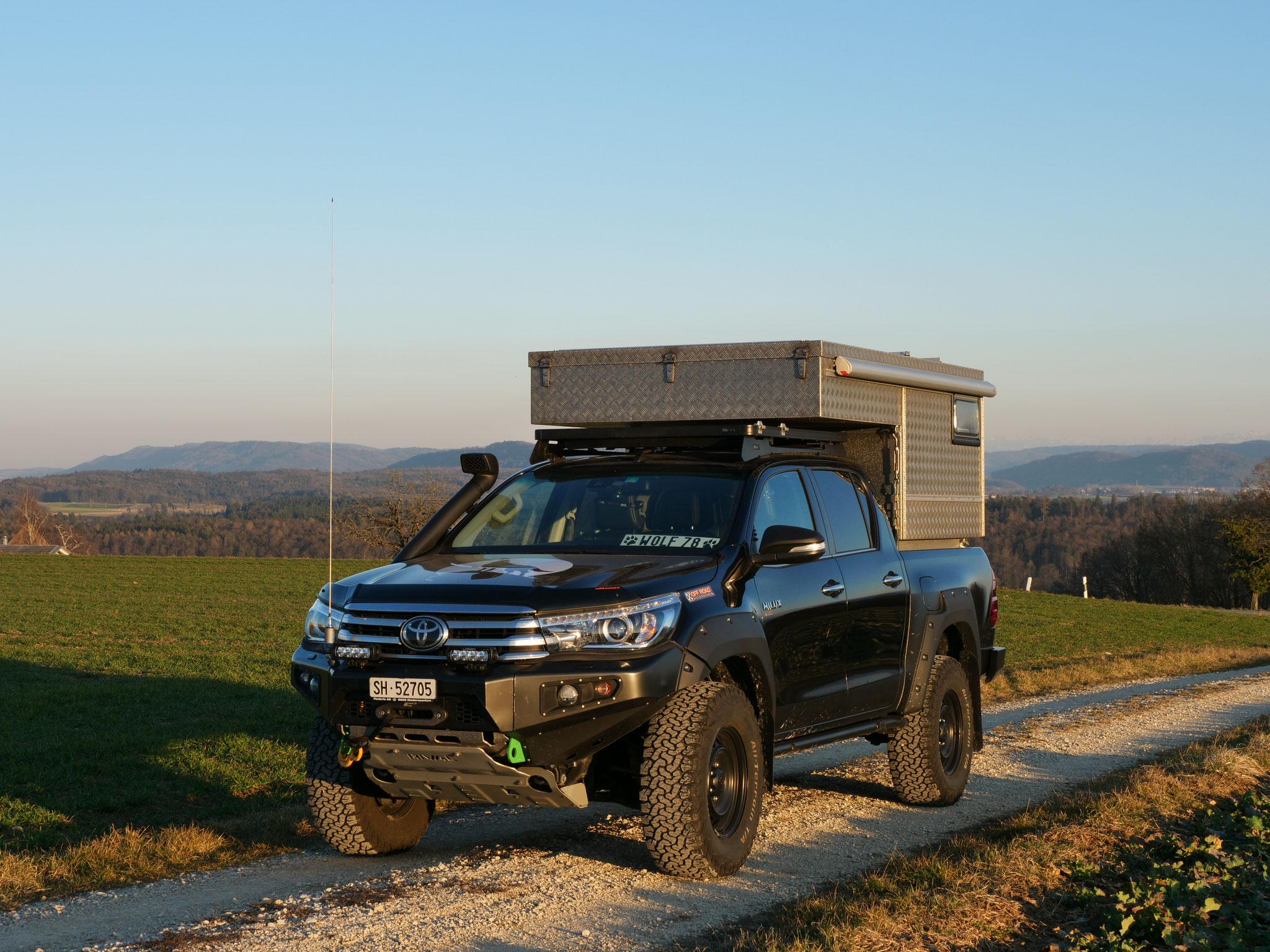"Truckcamper Wohnkabine Exkab 1 Toyota Hilux Revo 2017 2.4 #ProjektBlackwolf 4x4 ARB Fahrwerk Frontrunner Rocksliders Roofrack Rival skidplate  bfgoodrich 285/70R17 33"" Tires TJM Sknorkel Exkab 1 offroad Tacoma expedition overland wolf78-overland.ch"