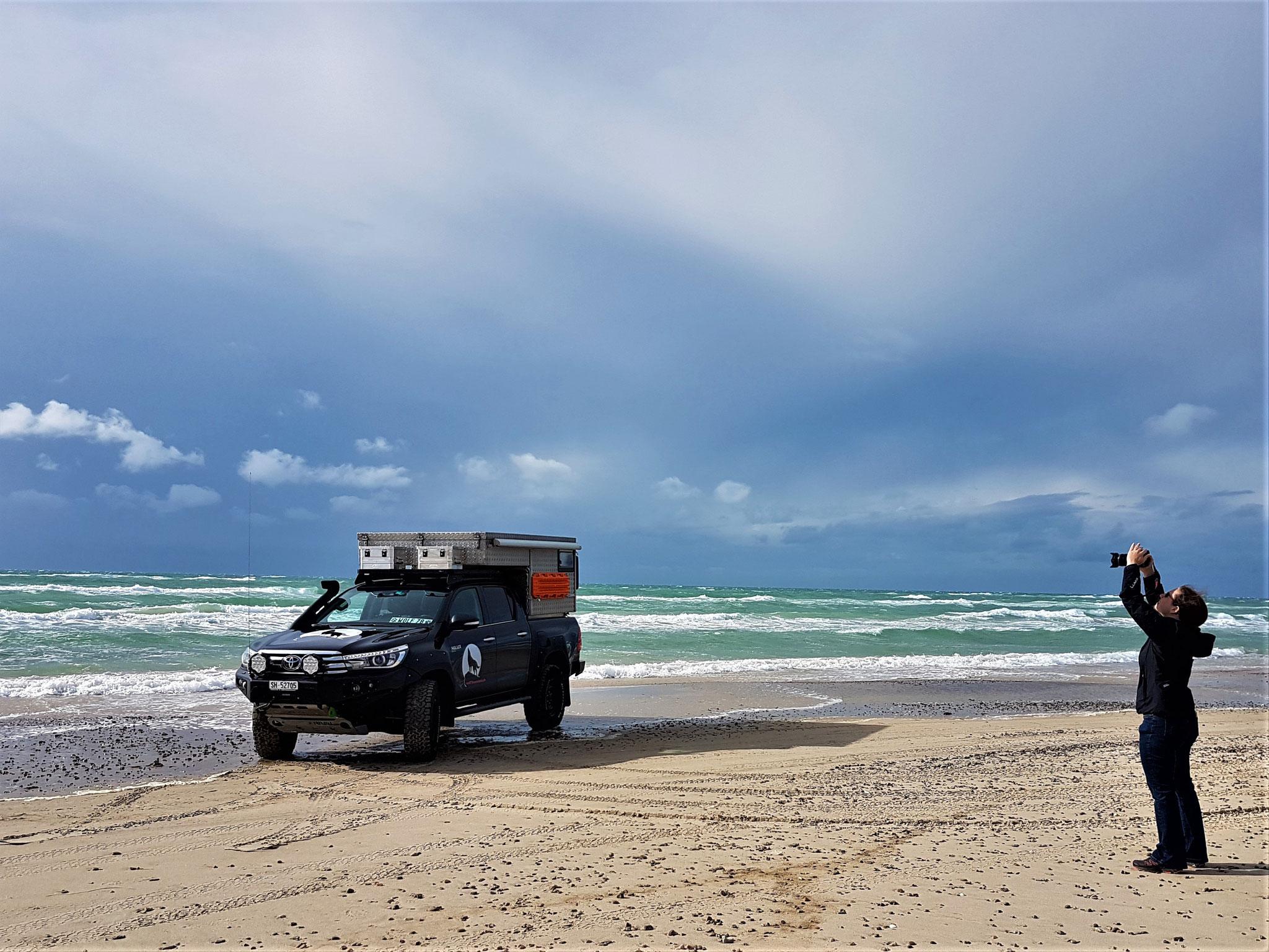 Dänemark Pickup-camper Strand befahrbar Foto Shooting Toyota Hilux Arctic Trucks Skandinavien #ProjektBlackwolf wolf78 explore without no limits offroad overland Travel Camping 4x4 AFN4x4 frontrunneroutfitters #BornToRoam Rival4x4 wolf78-overland.ch