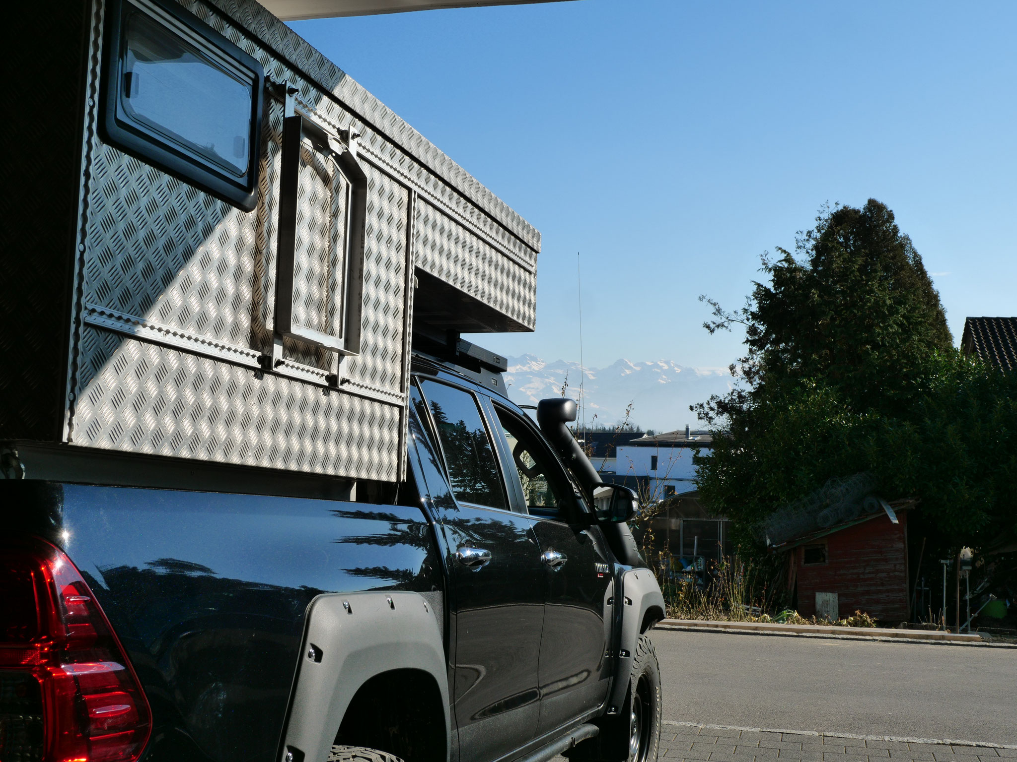 "Nestle Toyota Hilux Revo 2017 2.4 #ProjektBlackwolf  truckcamper Wohnkabine 4x4 ARB Fahrwerk Frontrunner Rocksliders Roofrack Rival skidplate  bfgoodrich 285/70R17 33"" Tires TJM Sknorkel Exkab 1 offroad Tacoma expedition overland wolf78-overland.ch"