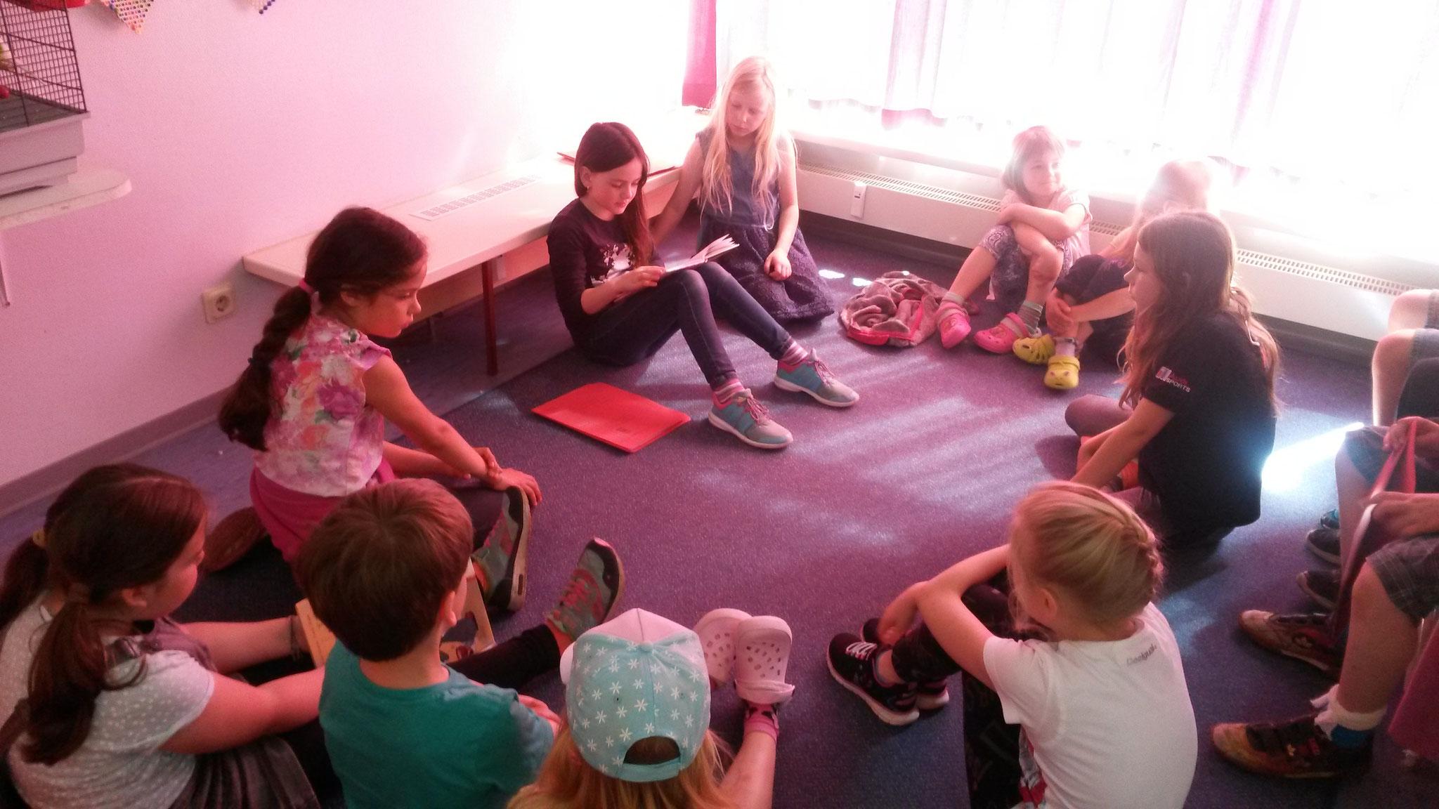Als zwei Lesegruppen mit dem Lesen fertig waren, gesellten sich alle zu Marieke, Lilli und Josie