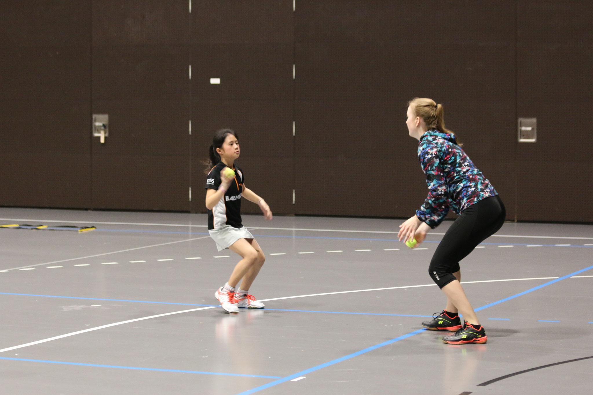 Vivien beim Training mit Ronja Stern (unter anderem Vizeschweizermeisterin 2019 im Dameneinzel)