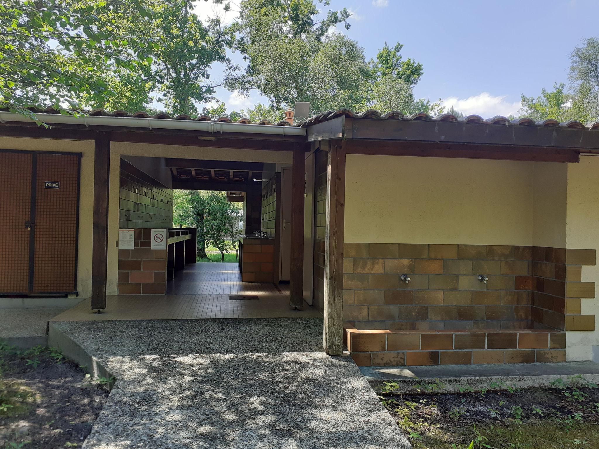 Sanitaire - Entrée 2 avec rampe d'accés P.M.R. vers SDB P.M.R. et toilettes