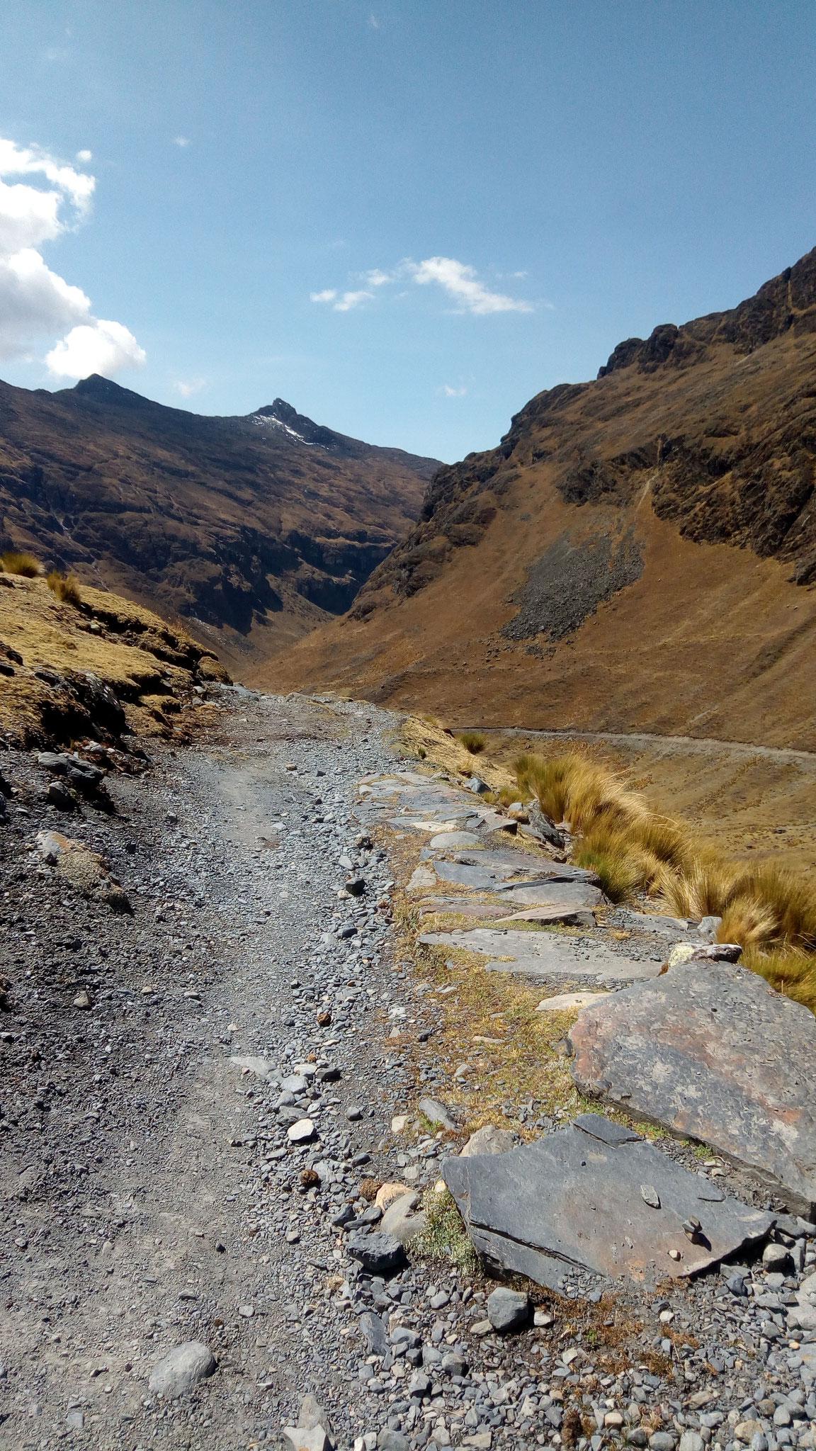 On peut voir le chemin que nous allons emprunter au loin, toujours un chemin inca