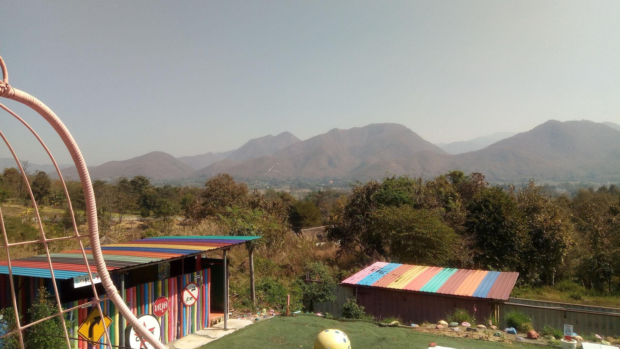 On voit le bouddha blanc dans la montagne