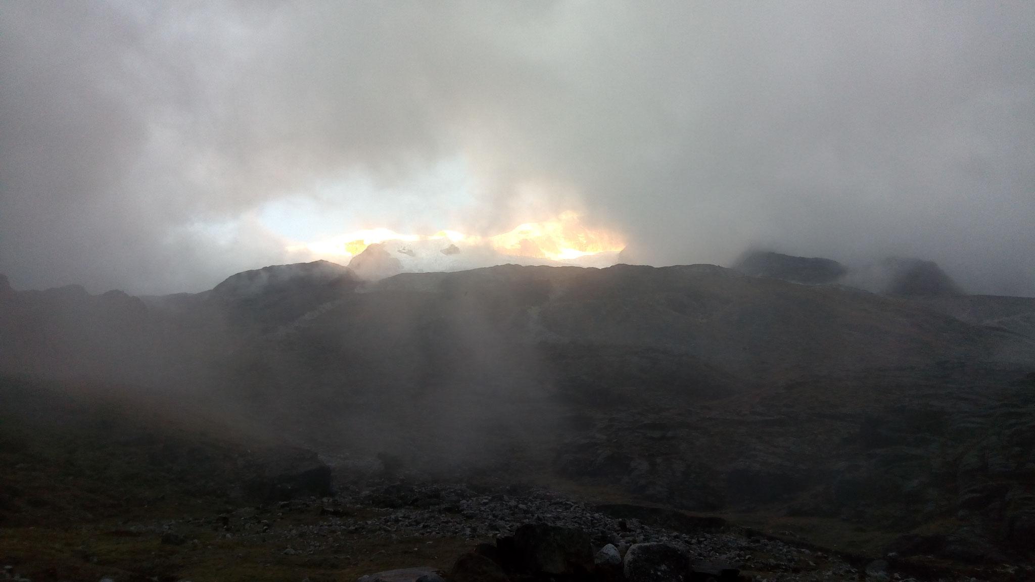 Qui a mis le feu là-haut? Ha non c'est juste le magnifique coucher de soleil sur la montagne !