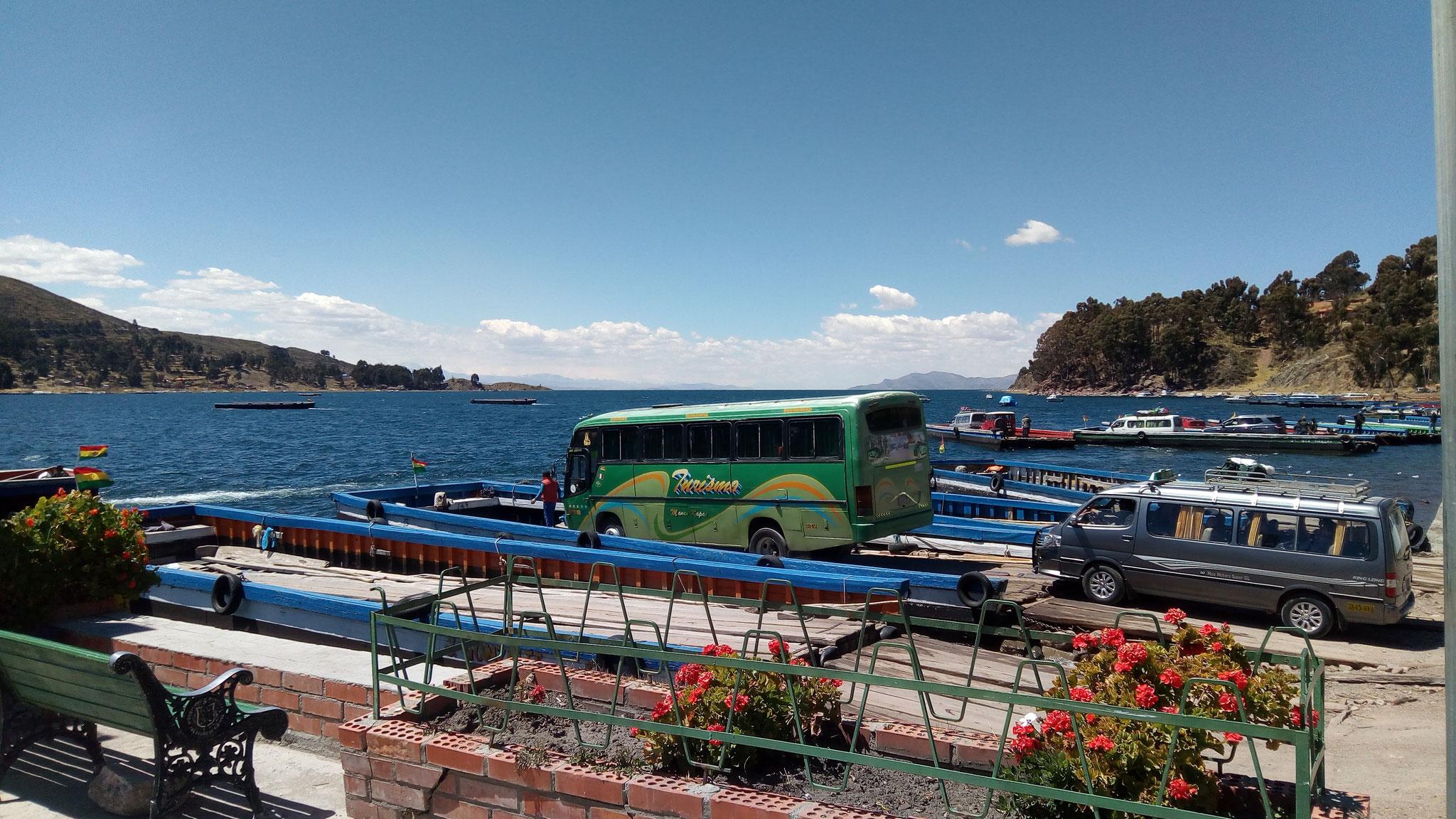 Notre bus prêt à passer le la Titicaca sur le chemin de La Paz