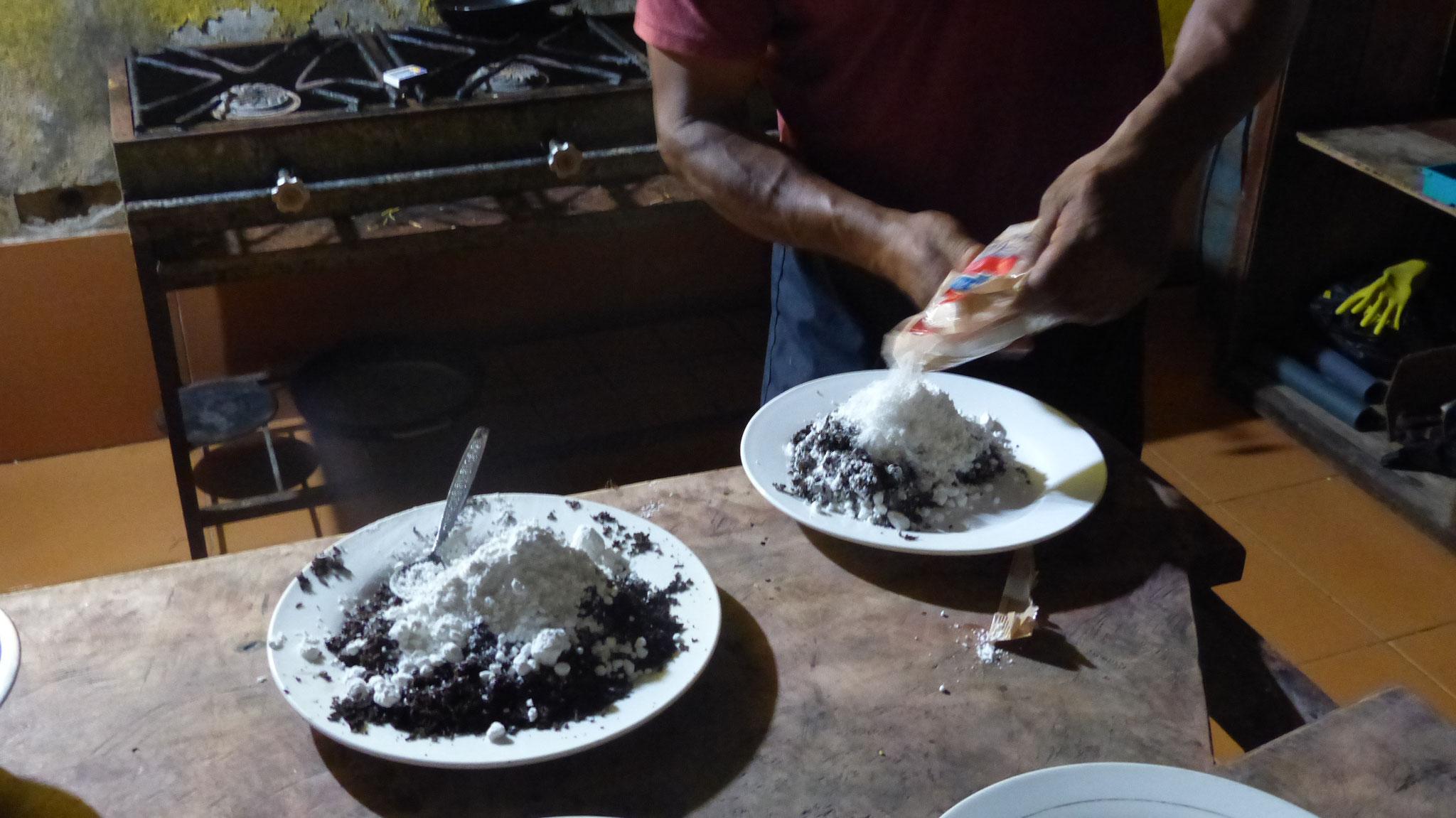 On met du sucre glace, puis on remoud... Après on peut travailler le chocolat en tablettes tout simplement !!