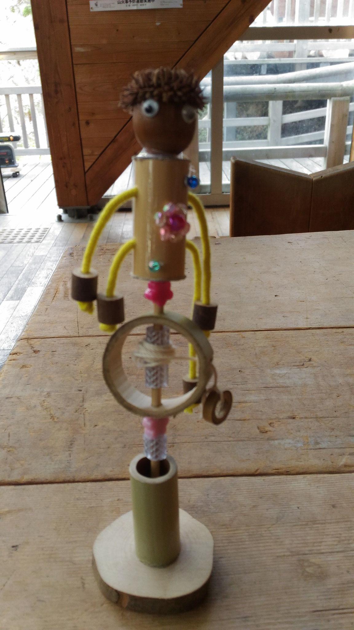 デンデン人形は紐を引きながら惰性で右回転から左回転と、上手になれば長く回転する人形です。回転するまでスタッフもドキドキ・・