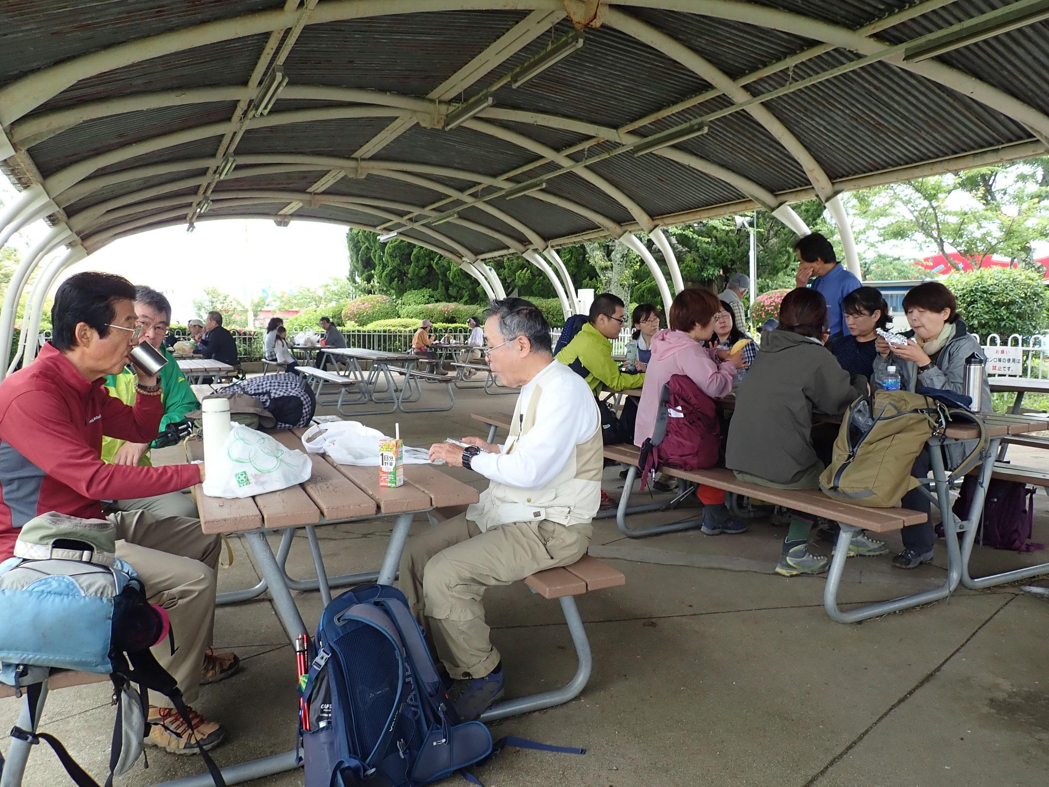 生駒山頂遊園地にて昼食タイム、談笑が進みます