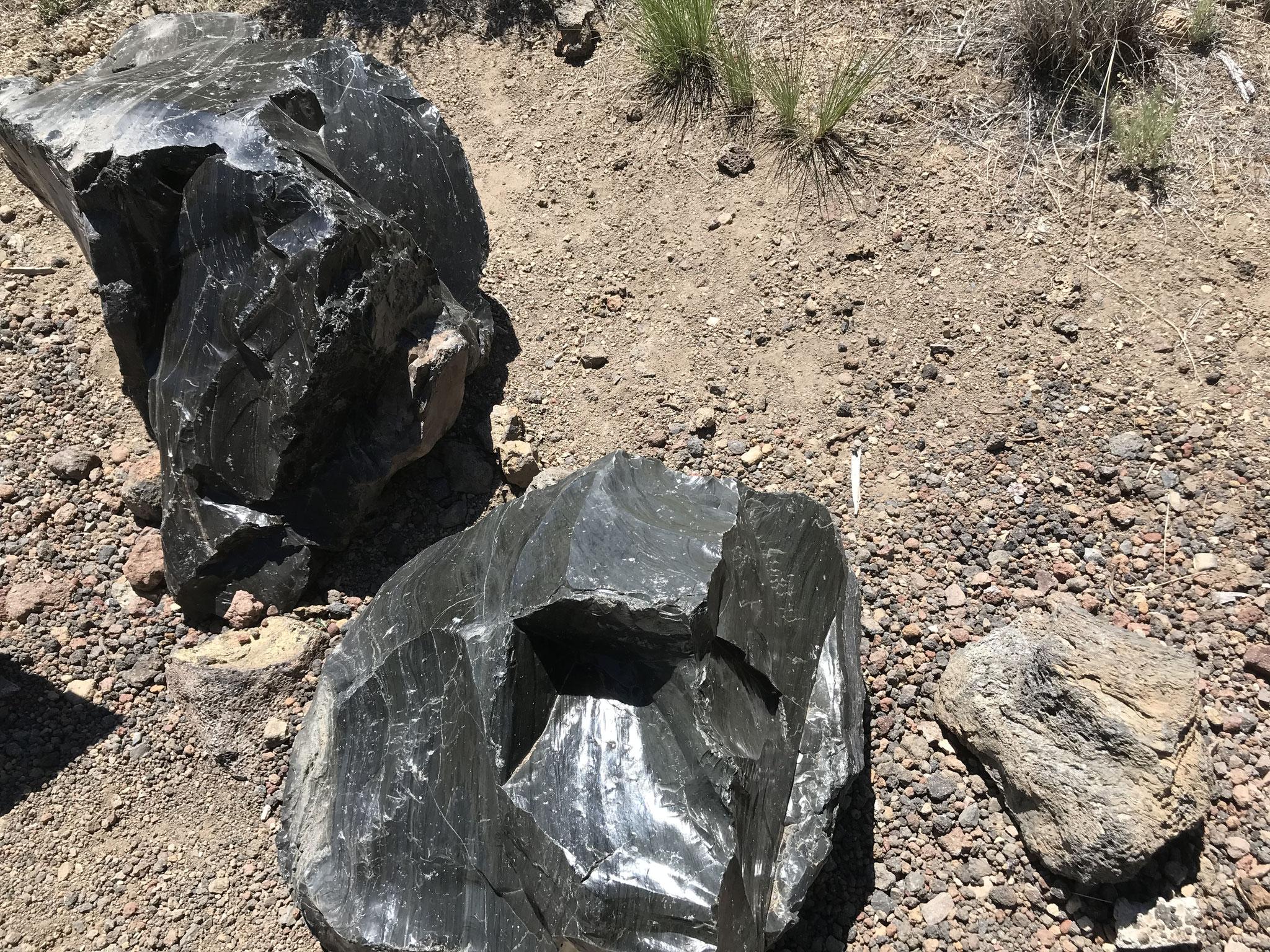 Zwei grosse Obsidianbrocken(Vulkanglas)