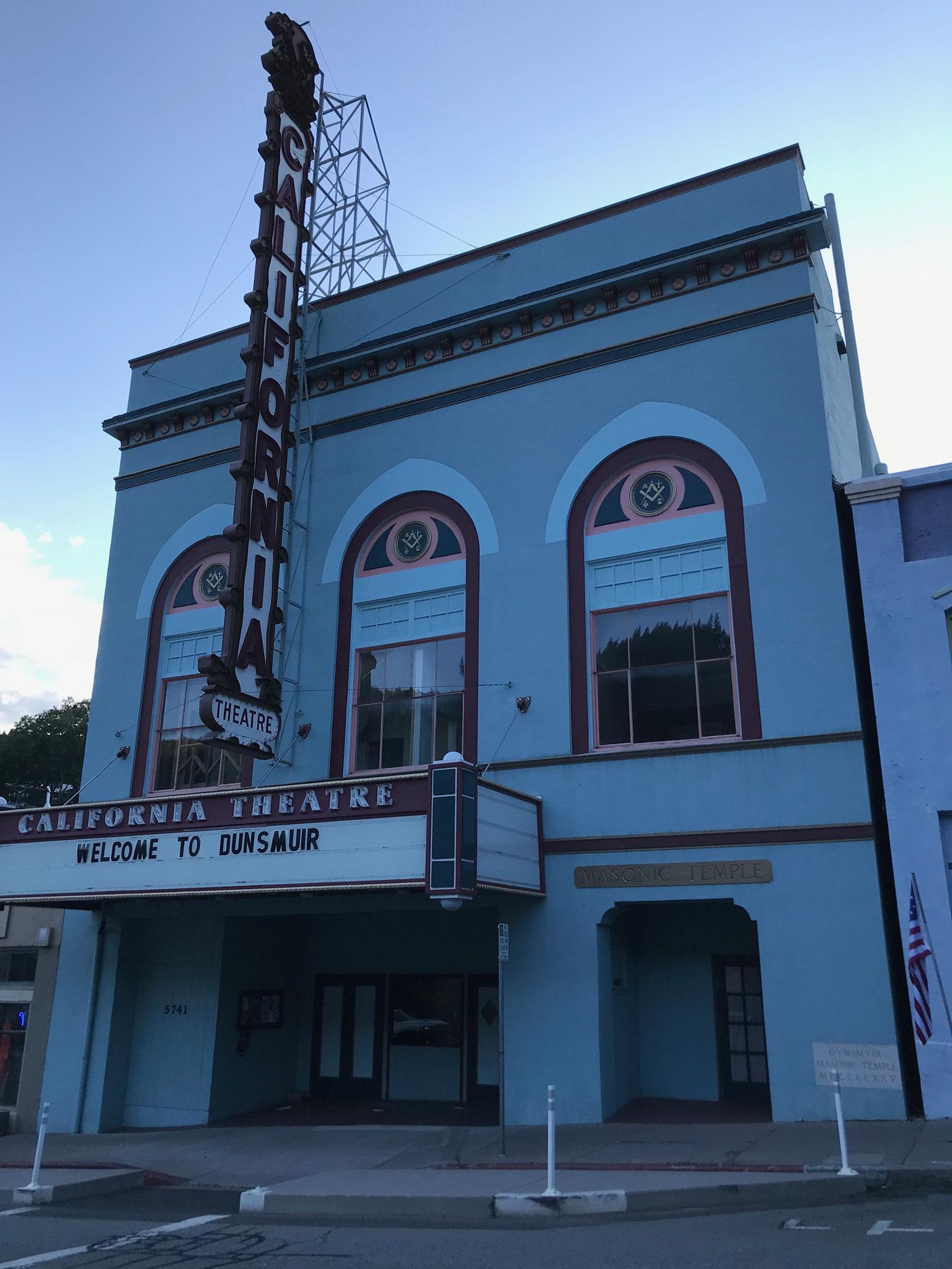 Das Theater übrigens auch, aber es scheint doch recht verlassen zu sein.